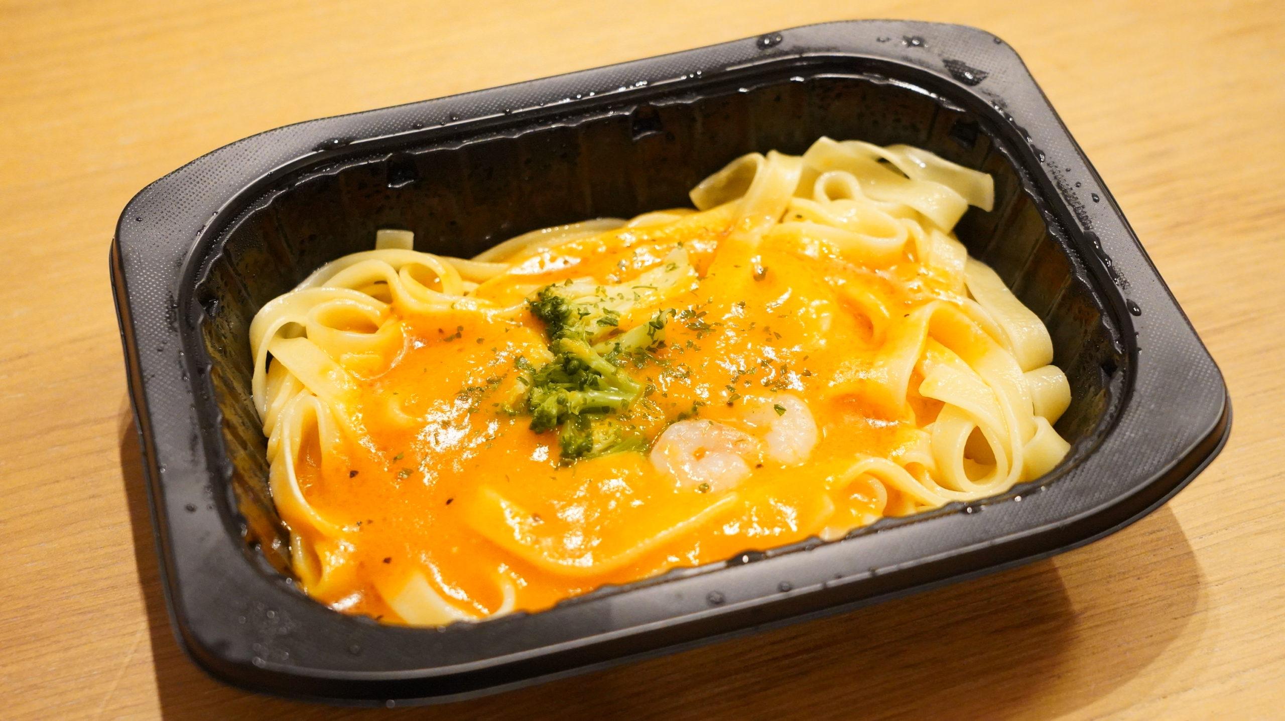 ファミリーマートの冷凍食品「生パスタ旨み豊かな海老トマトクリーム」の中身の写真