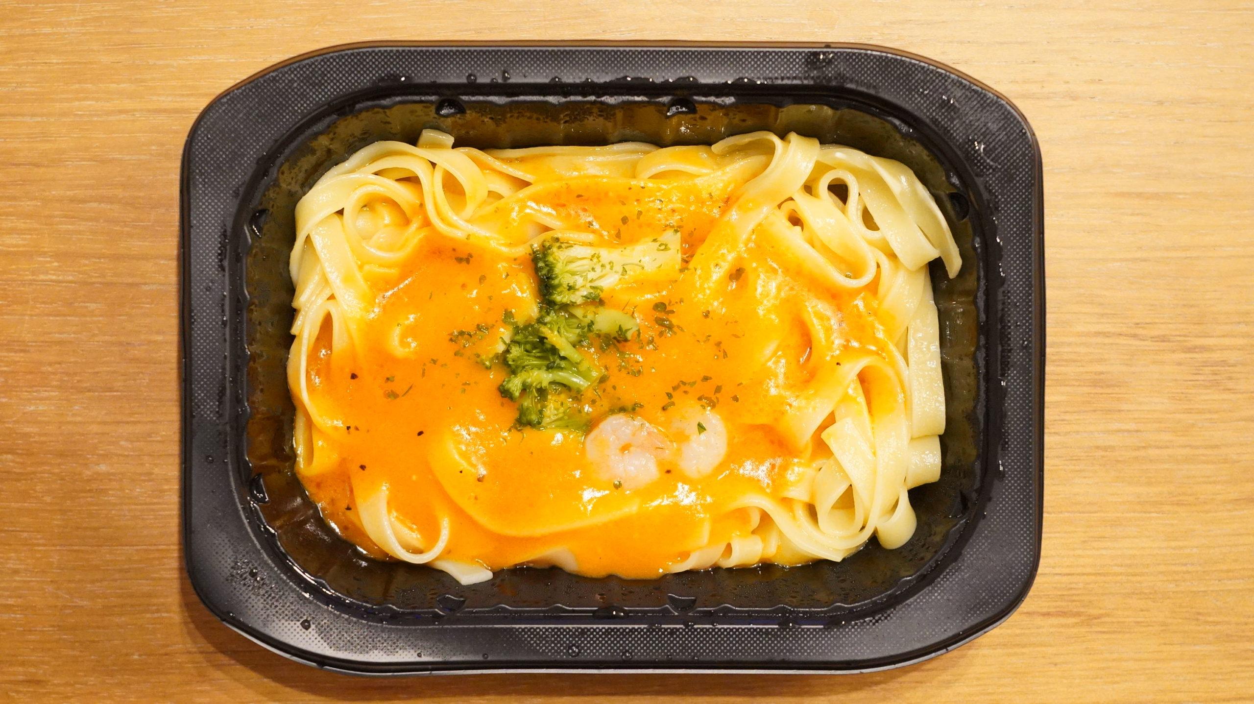 ファミリーマートの冷凍食品「生パスタ旨み豊かな海老トマトクリーム」を上から撮影した写真