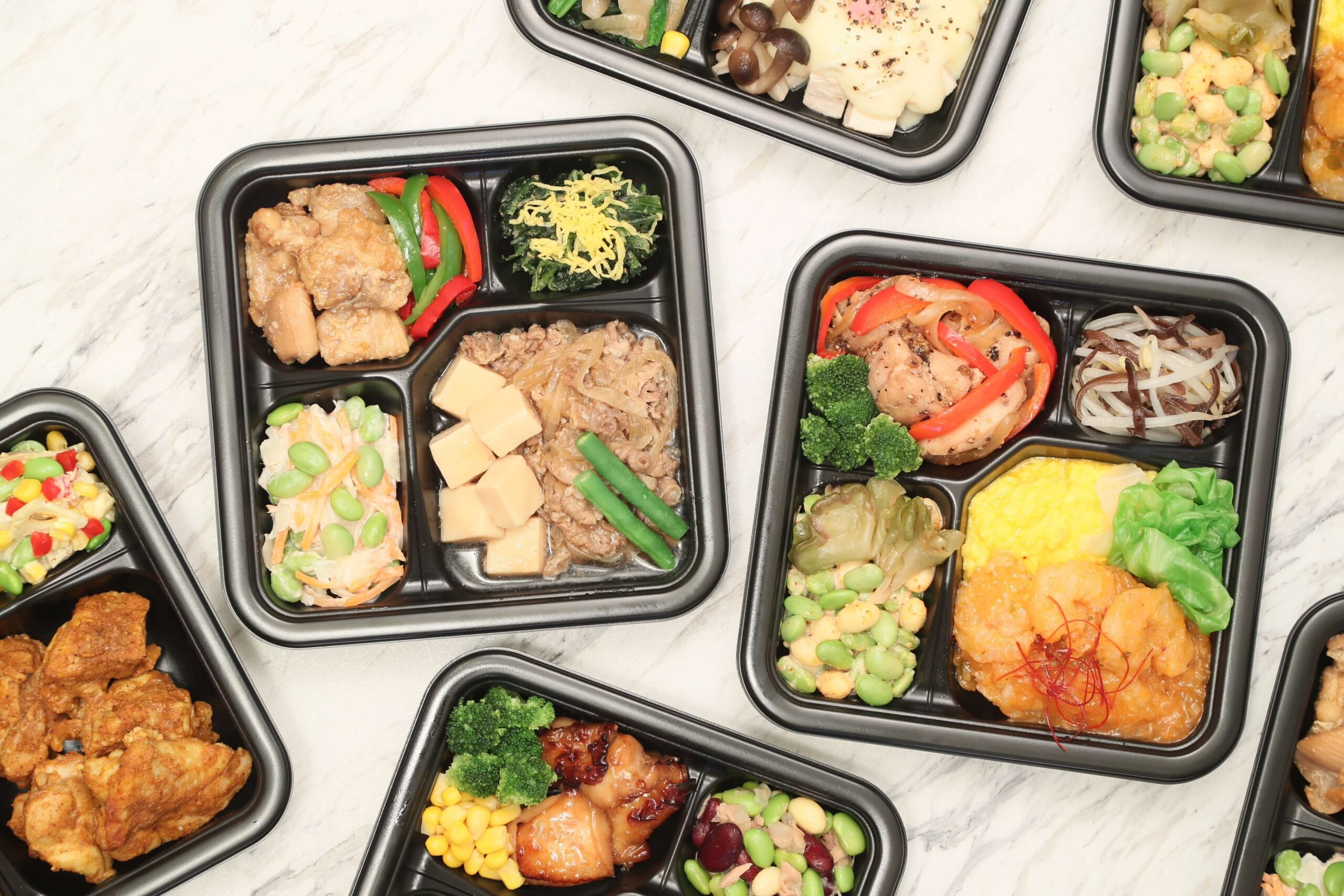 ライザップ(RIZAP)で食事制限してダイエットする際に使う宅食用ボディメイク冷凍弁当「サポートミール」(健康食品)を複数個並べた写真
