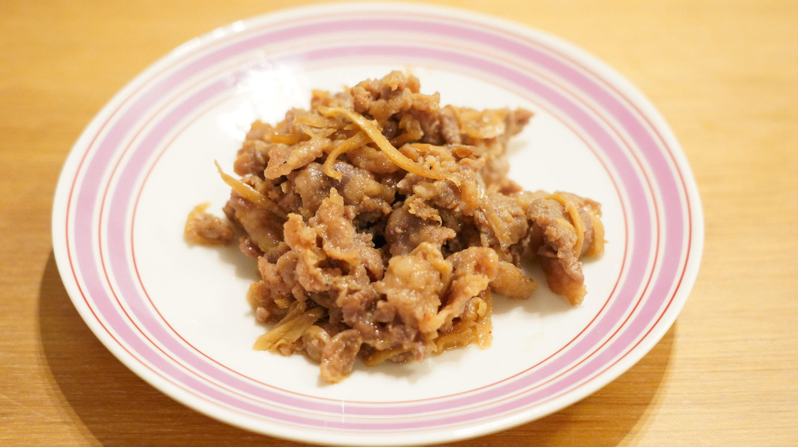 業務スーパーの冷凍食品「豚生姜焼き」を皿に持った写真