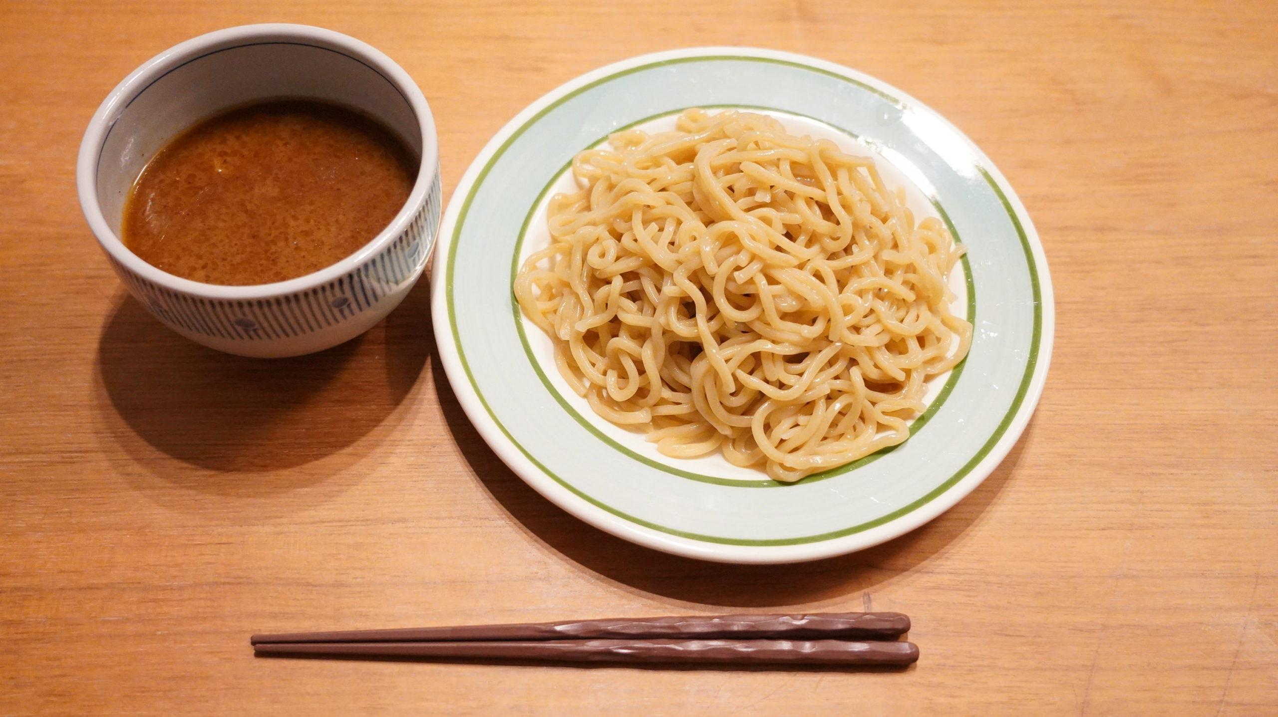 オンライン通販で注文した三田製麺所の「冷凍つけ麺」を上から撮影した写真