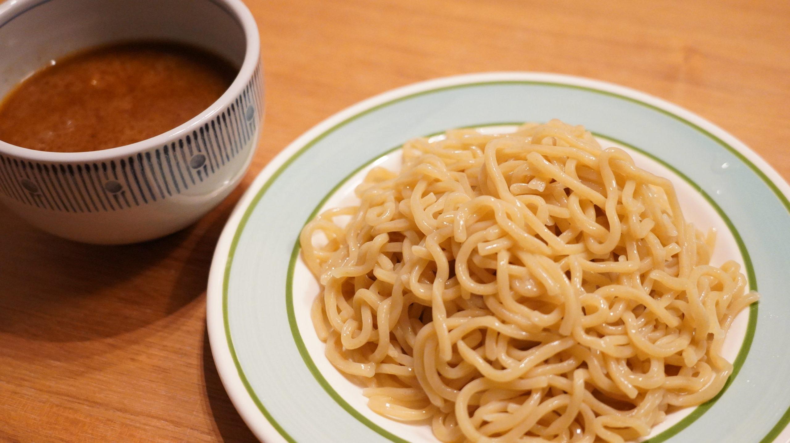 オンライン通販で注文した三田製麺所の「冷凍つけ麺」のスープと麺の写真