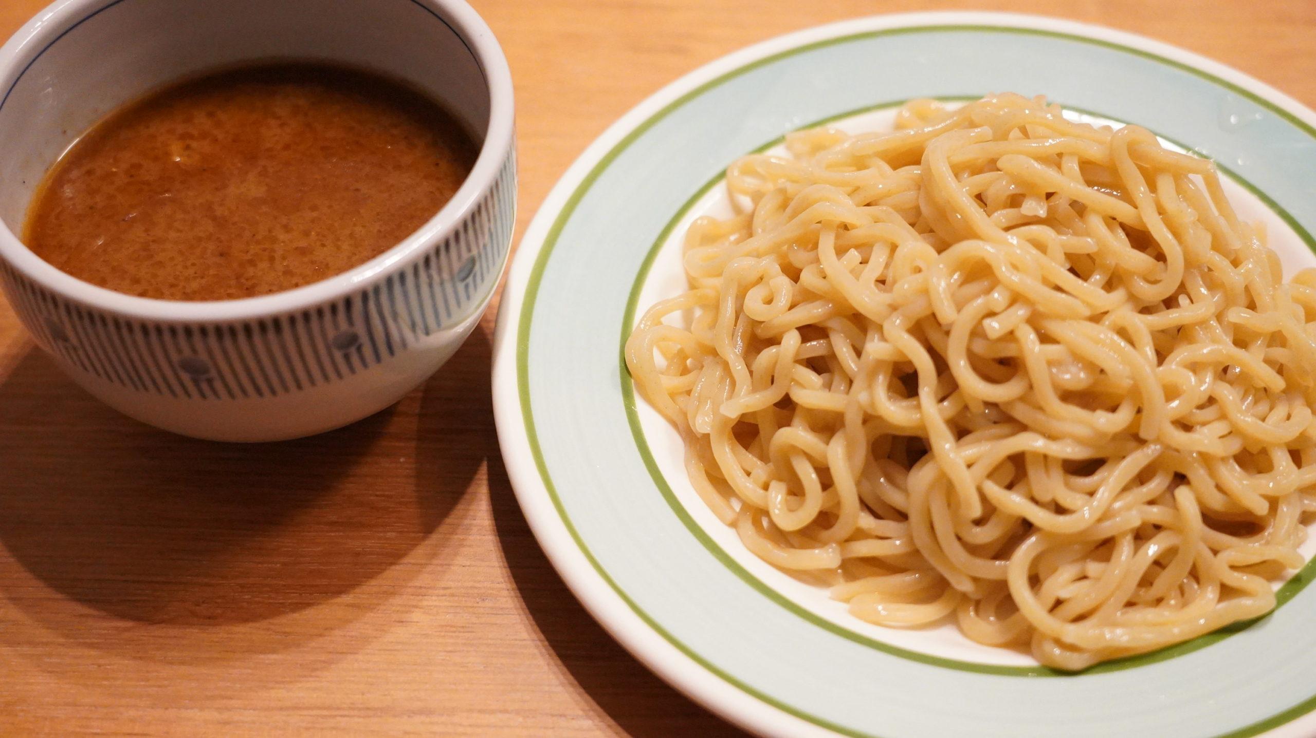 オンライン通販で注文した三田製麺所の「冷凍つけ麺」のスープと麺を皿に盛り付けた写真