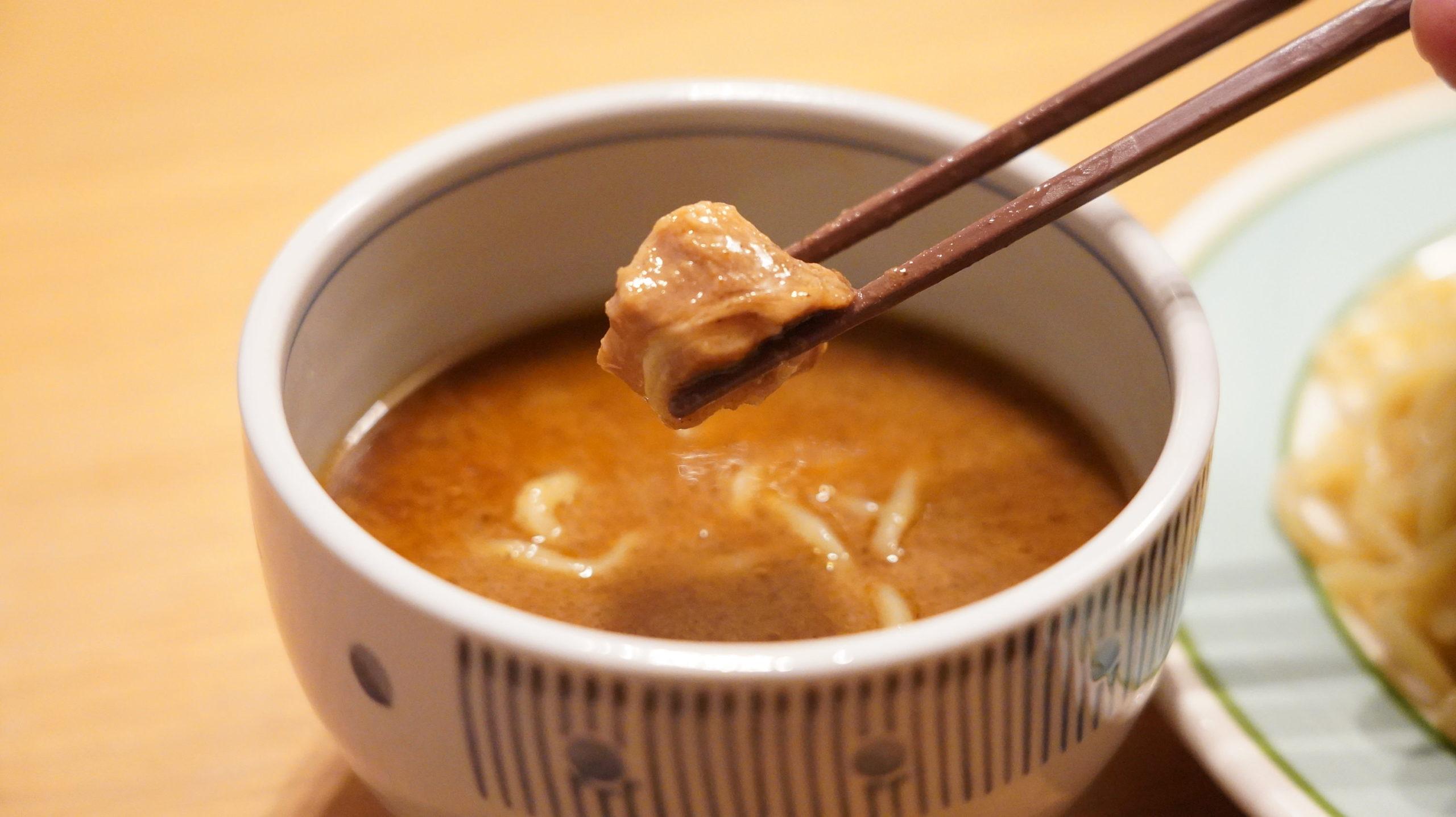 オンライン通販で注文した三田製麺所の「冷凍つけ麺」のスープに入っているお肉の写真