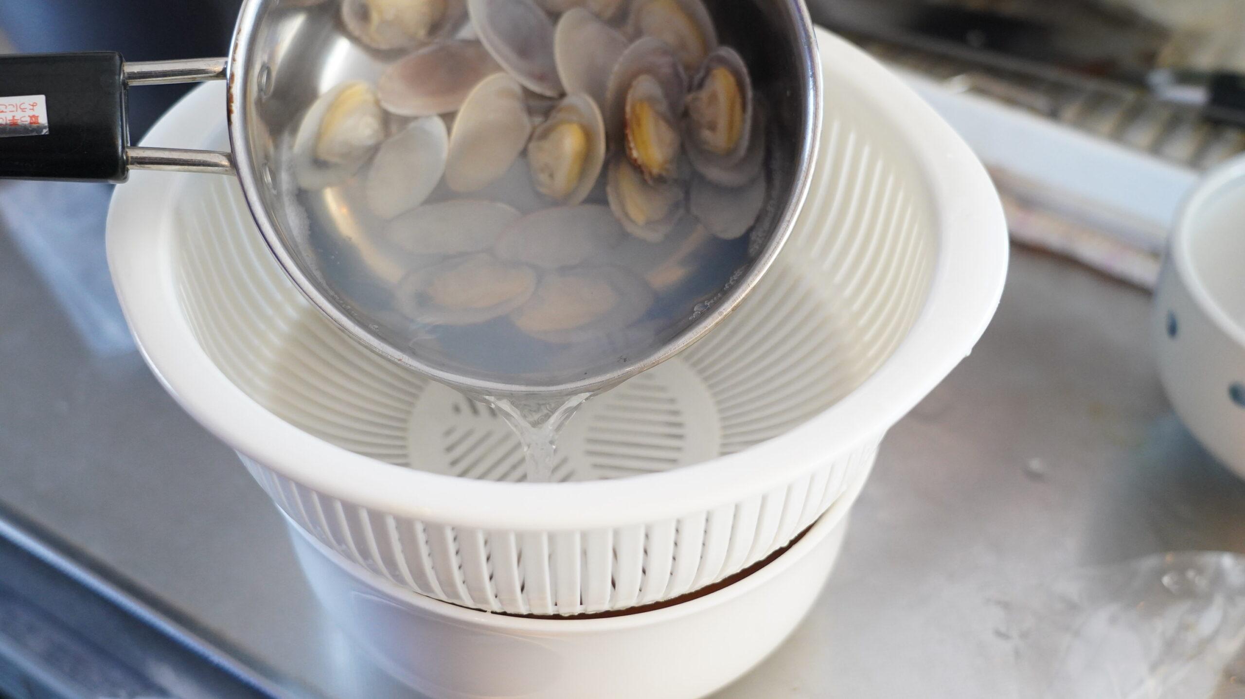 くそオヤジ最後のひとふりの「あさりラーメン」のオンライン通販・お取り寄せ用の冷凍食品のタレを丼に注いでいる写真