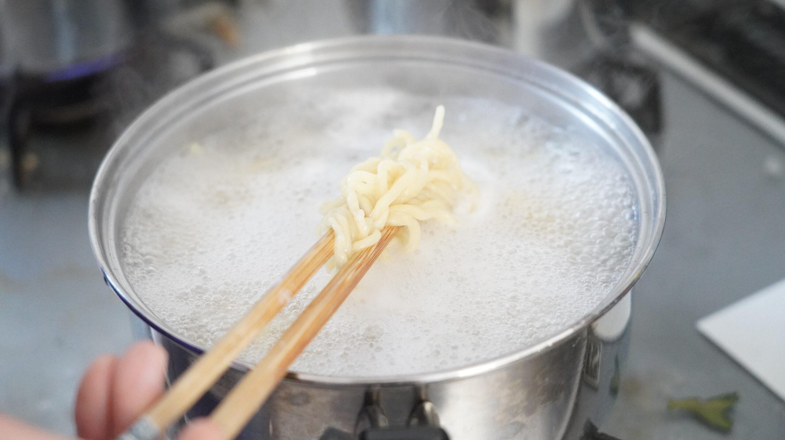 「風雲児」の「つけめん」をオンライン通販でお取り寄せした冷凍ラーメンを調理している写真