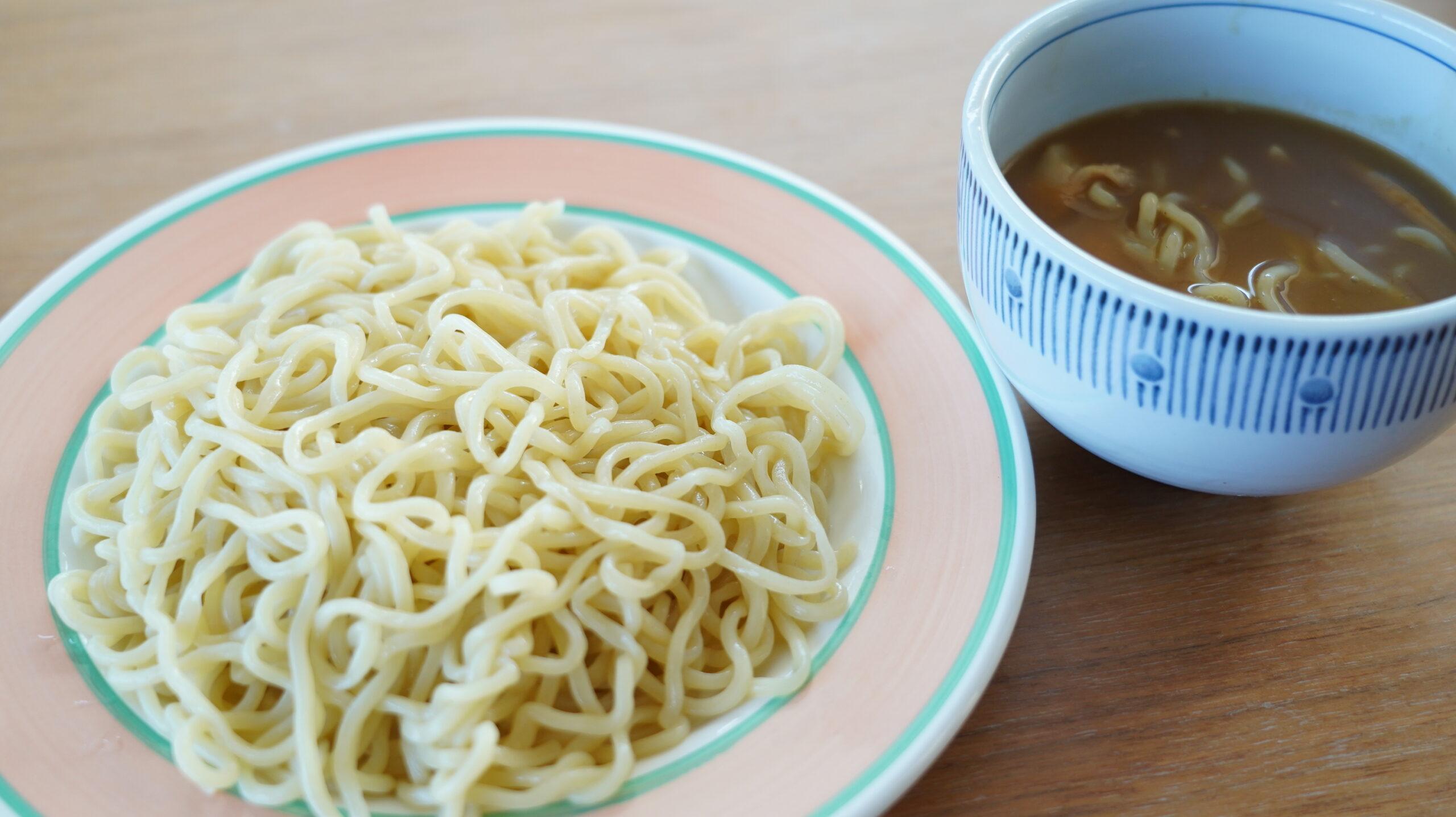 「風雲児」の「つけめん」をオンライン通販でお取り寄せした冷凍ラーメンの麺とスープの写真