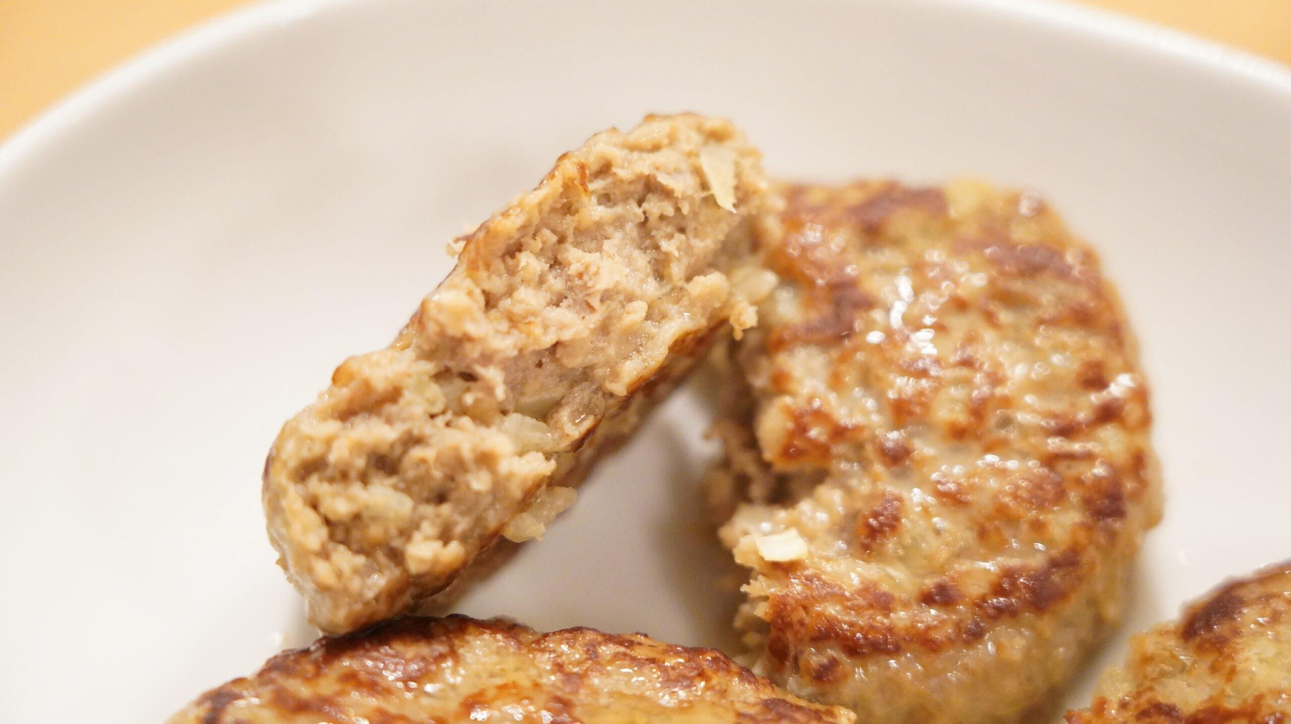 生協宅配の冷凍食品「肉汁じゅわっとハンバーグ」の断面の写真