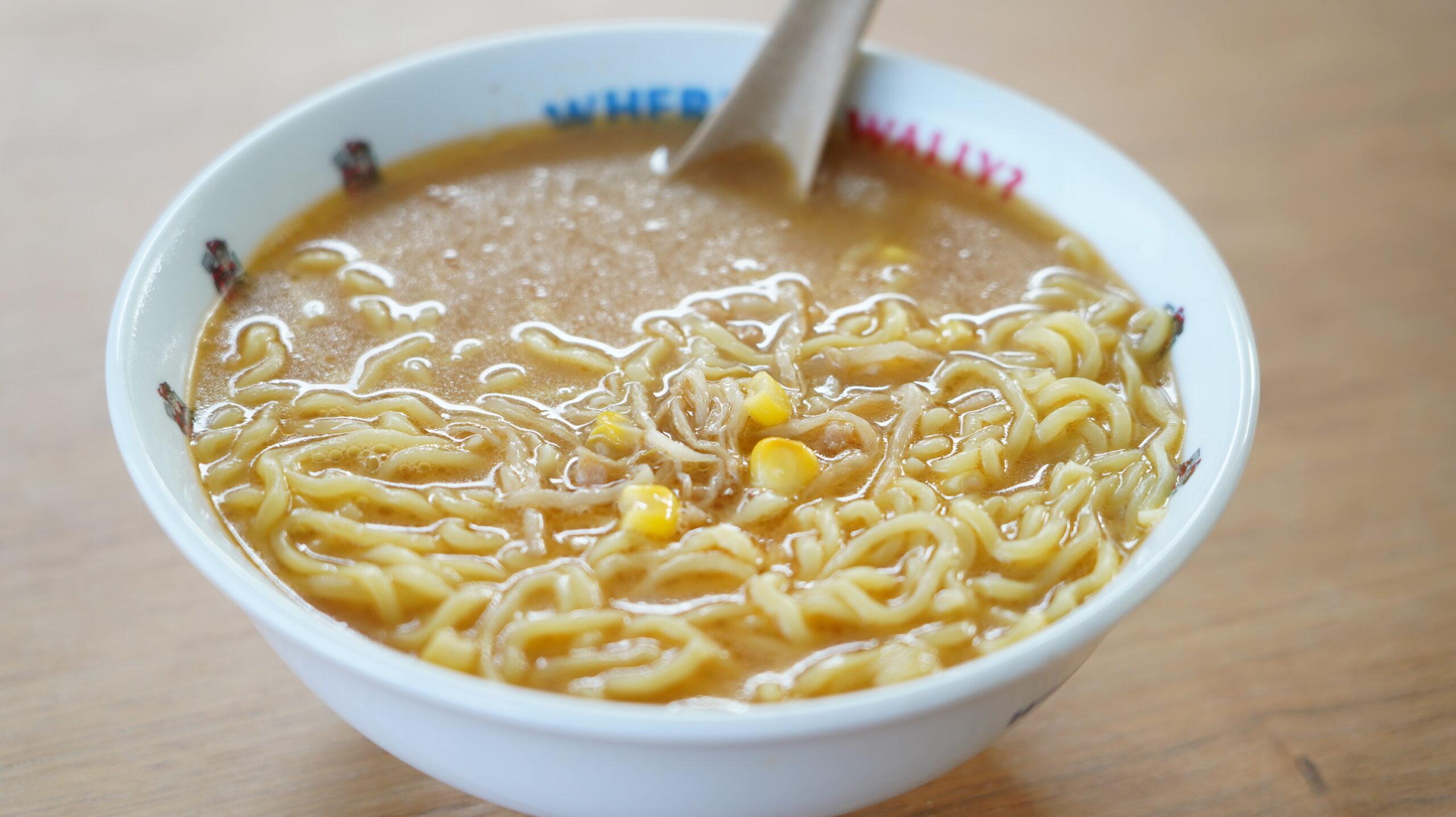 ローソンの冷凍食品「具付き味噌ラーメン」を丼に盛り付けた写真