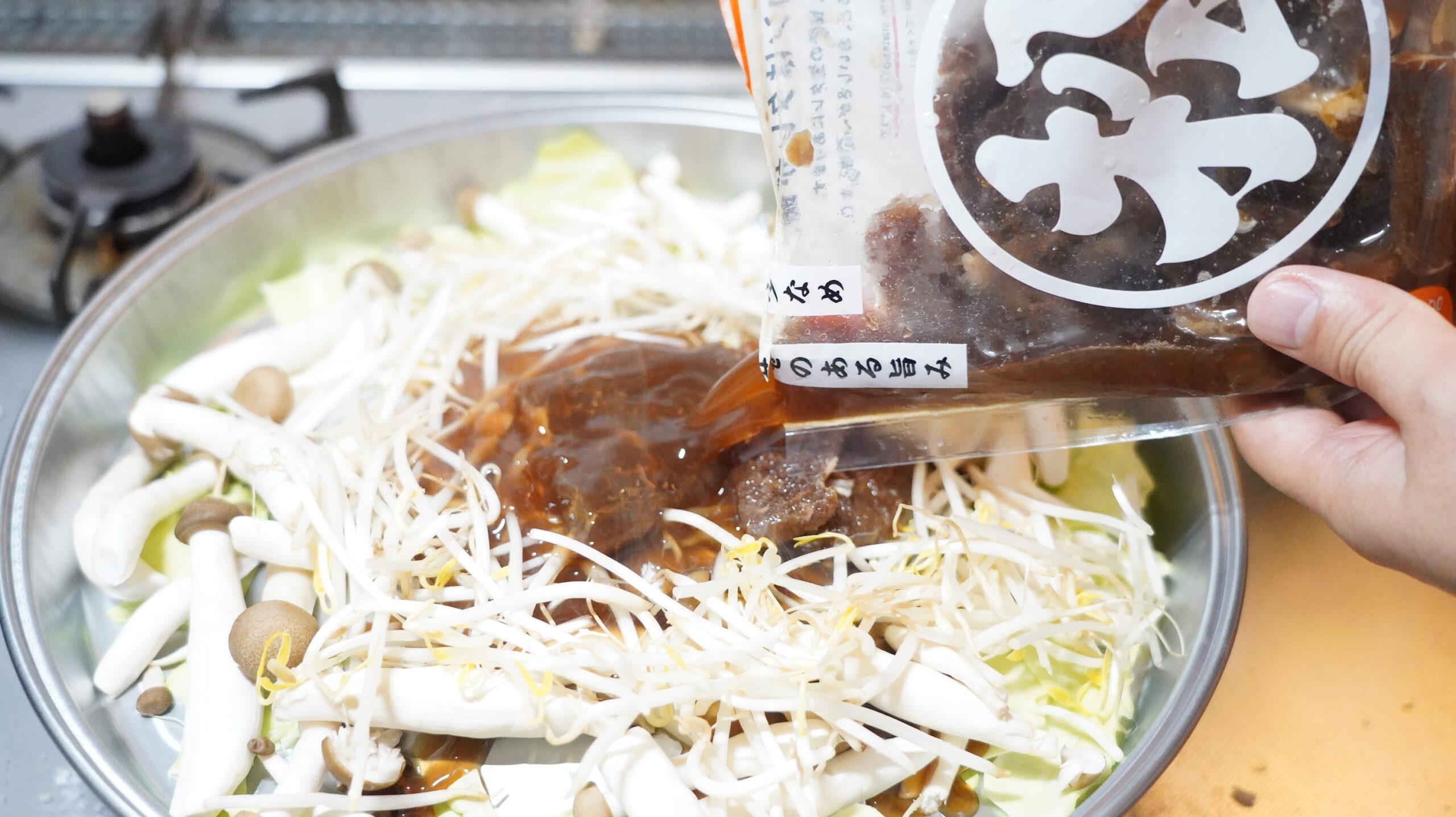 松尾ジンギスカンを通販でお取り寄せした冷凍マトン肉にタレをかけている写真