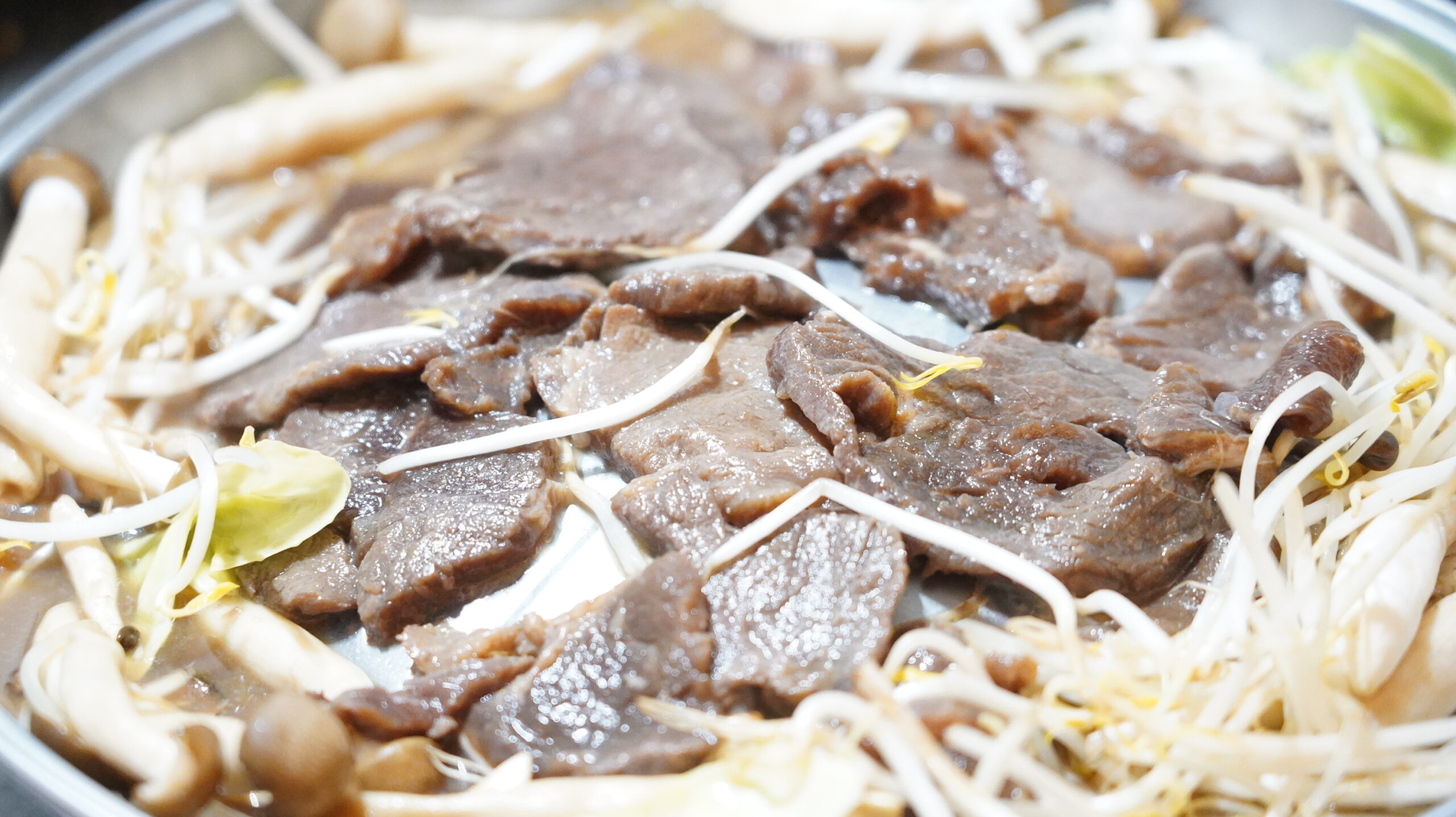 松尾ジンギスカンを通販でお取り寄せした冷凍マトン肉を焼いている状態の拡大写真