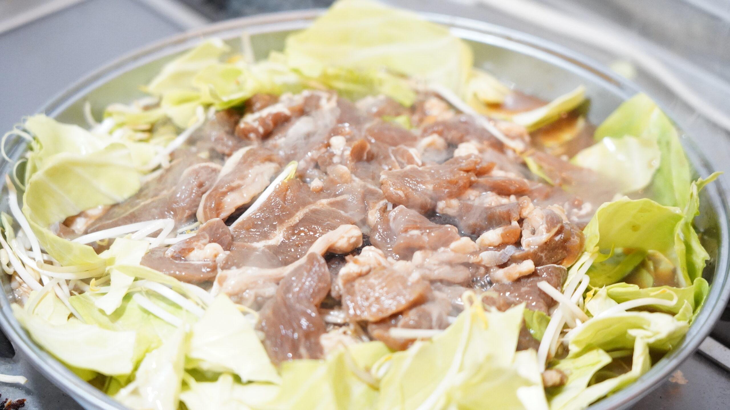 松尾ジンギスカンを通販でお取り寄せした冷凍マトン肉を焼いている写真