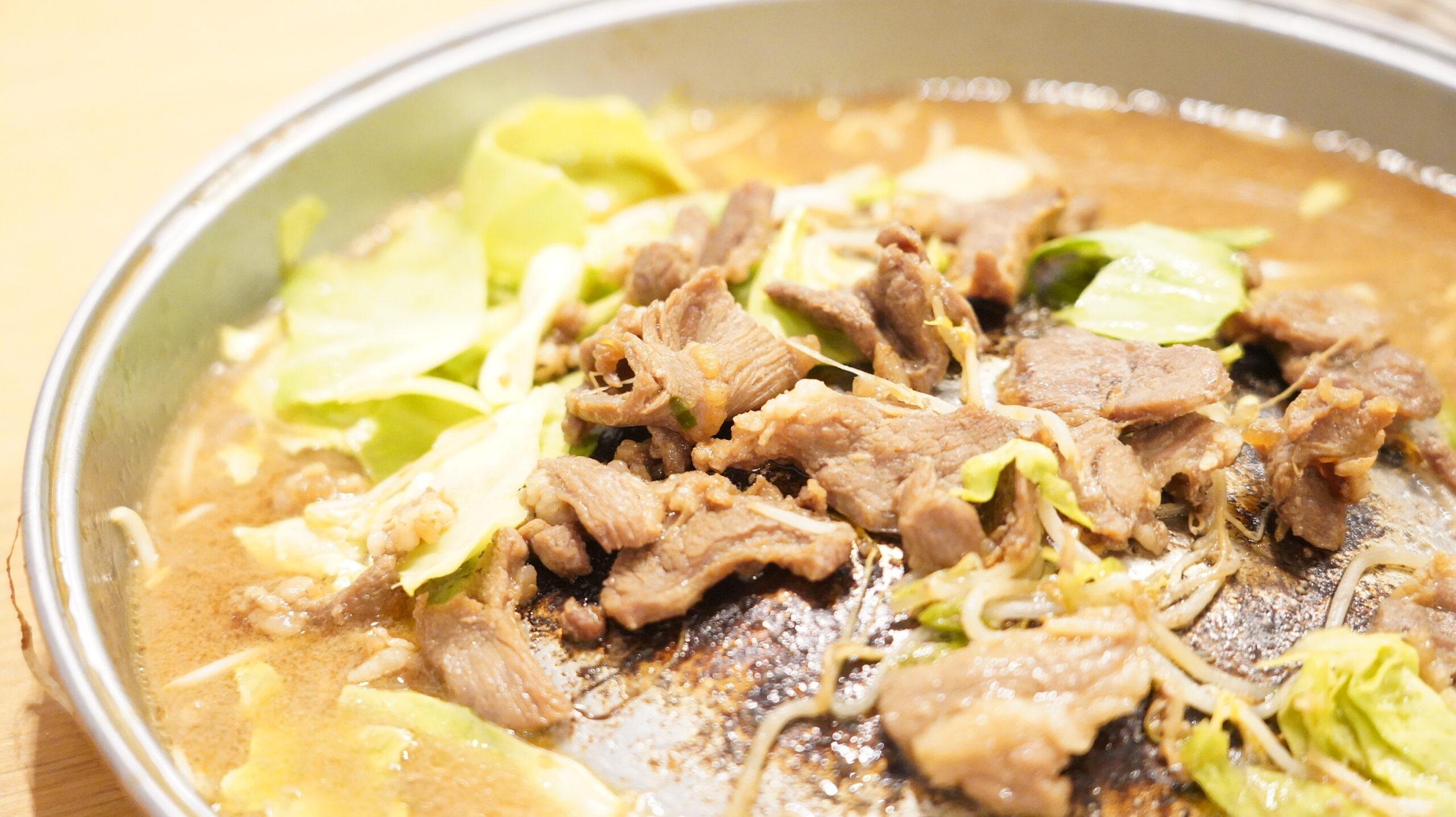 松尾ジンギスカンを通販でお取り寄せした冷凍マトン肉を鍋で焼いた写真