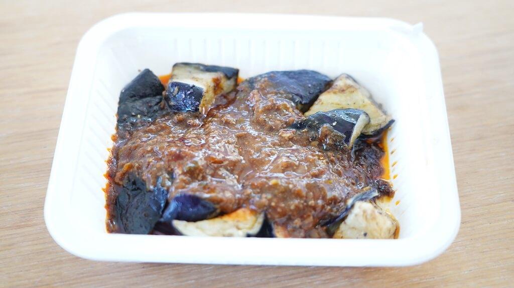 セブンイレブンの冷凍食品「ピリッとうま辛豆板醤の麻婆茄子」を上から撮影した写真