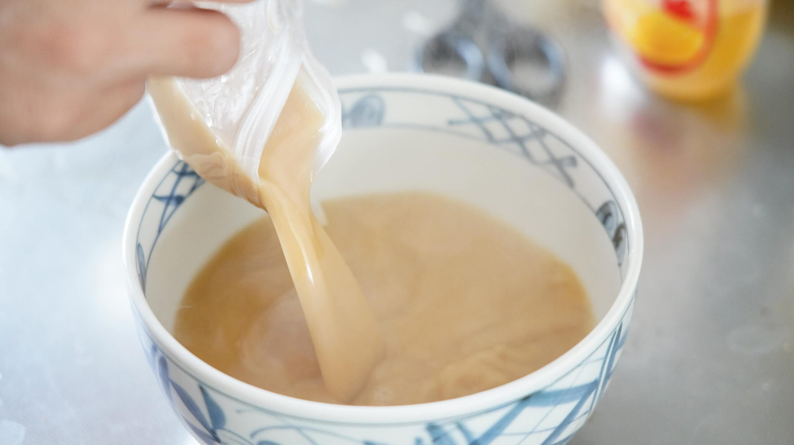 「なんつッ亭」の通販お取り寄せ用ラーメンのスープを器に注いでいる写真