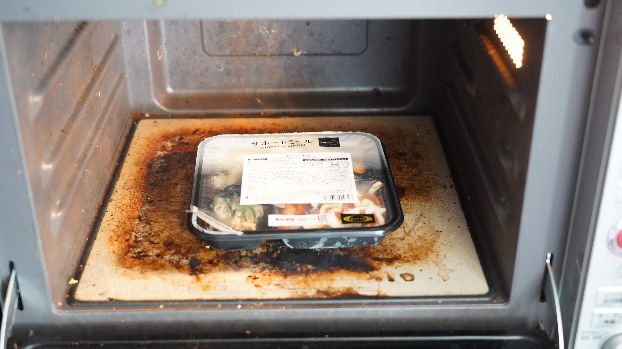 ライザップのサポートミール「チリコンカン」を電子レンジで加熱している写真