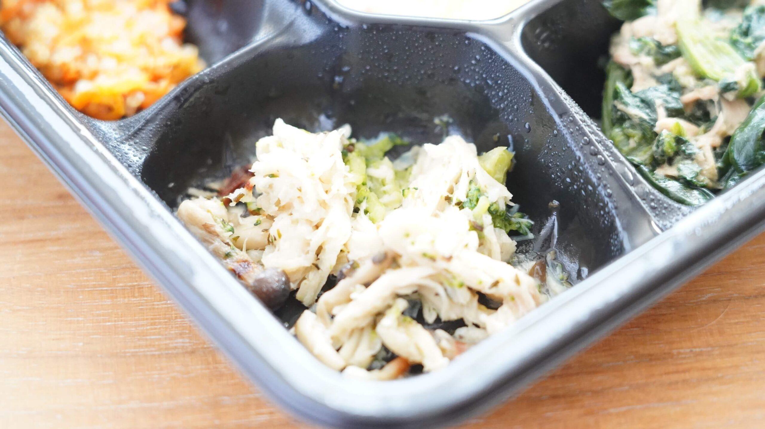 ライザップのサポートミール「チリコンカン」の付け合わせ「蒸し鶏としめじのバジル炒め」の写真