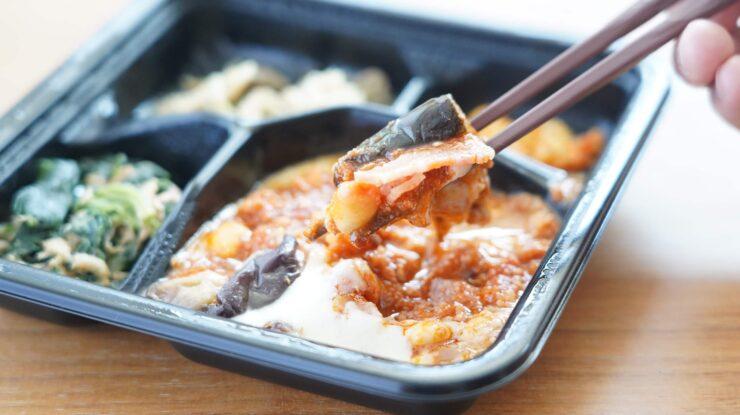 ライザップ(RIZAP)で食事制限してダイエットする際に使う宅食用ボディメイク冷凍弁当「サポートミール」(健康食品)の「チリコンカン」を箸でつまんでいる写真