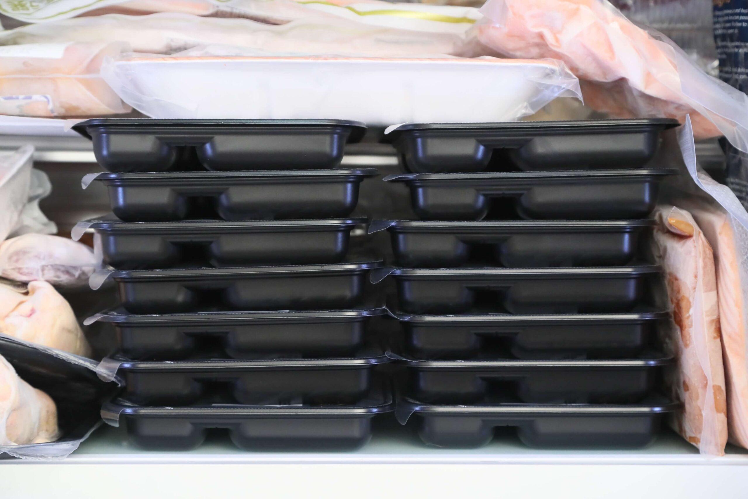 ライザップ(RIZAP)で食事制限してダイエットする際に使う宅食用ボディメイク冷凍弁当「サポートミール」(健康食品)14食分の厚みの写真