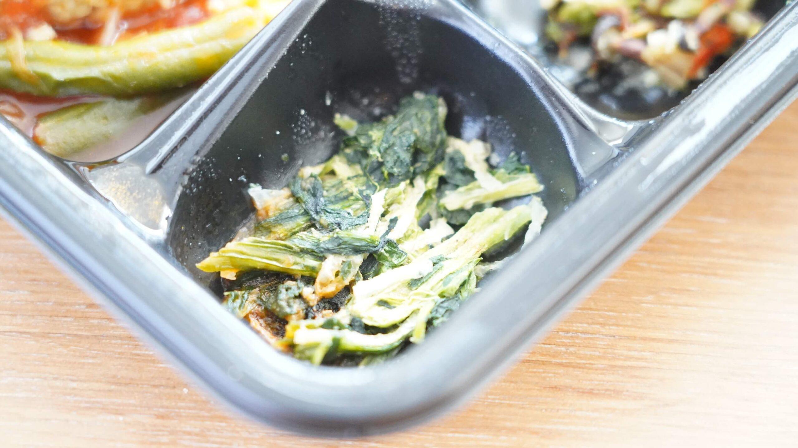 ライザップのサポートミール「チーズ入りハンバーグ」の付け合わせ「青菜の和え物」の写真