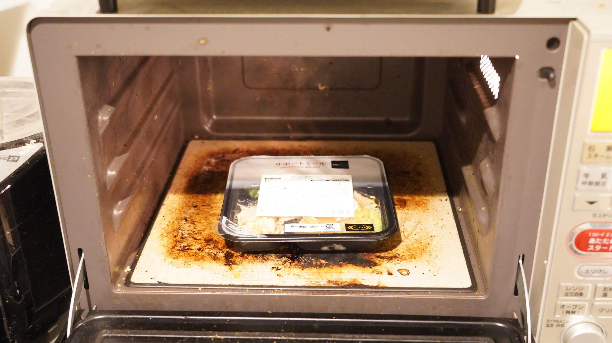 ライザップのサポートミール「あじの甘酢あんかけ」を電子レンジで加熱している写真