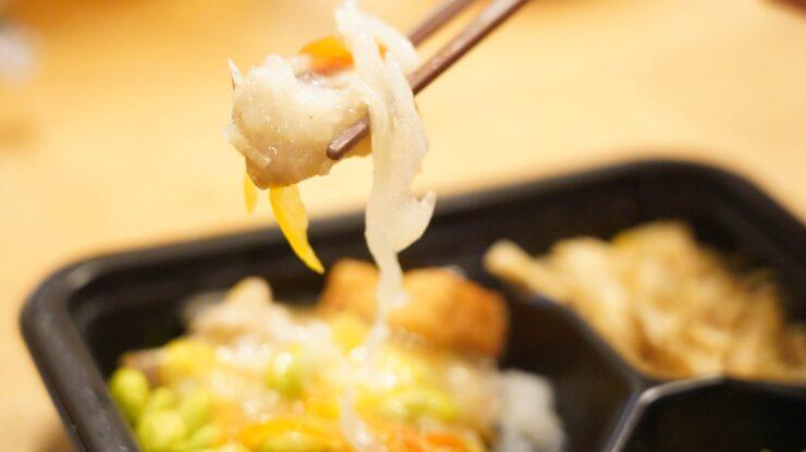 ライザップ(RIZAP)で食事制限してダイエットする際に使う宅食用ボディメイク冷凍弁当「サポートミール」(健康食品)の「あじの甘酢あんかけ」を箸でつまんでいる写真