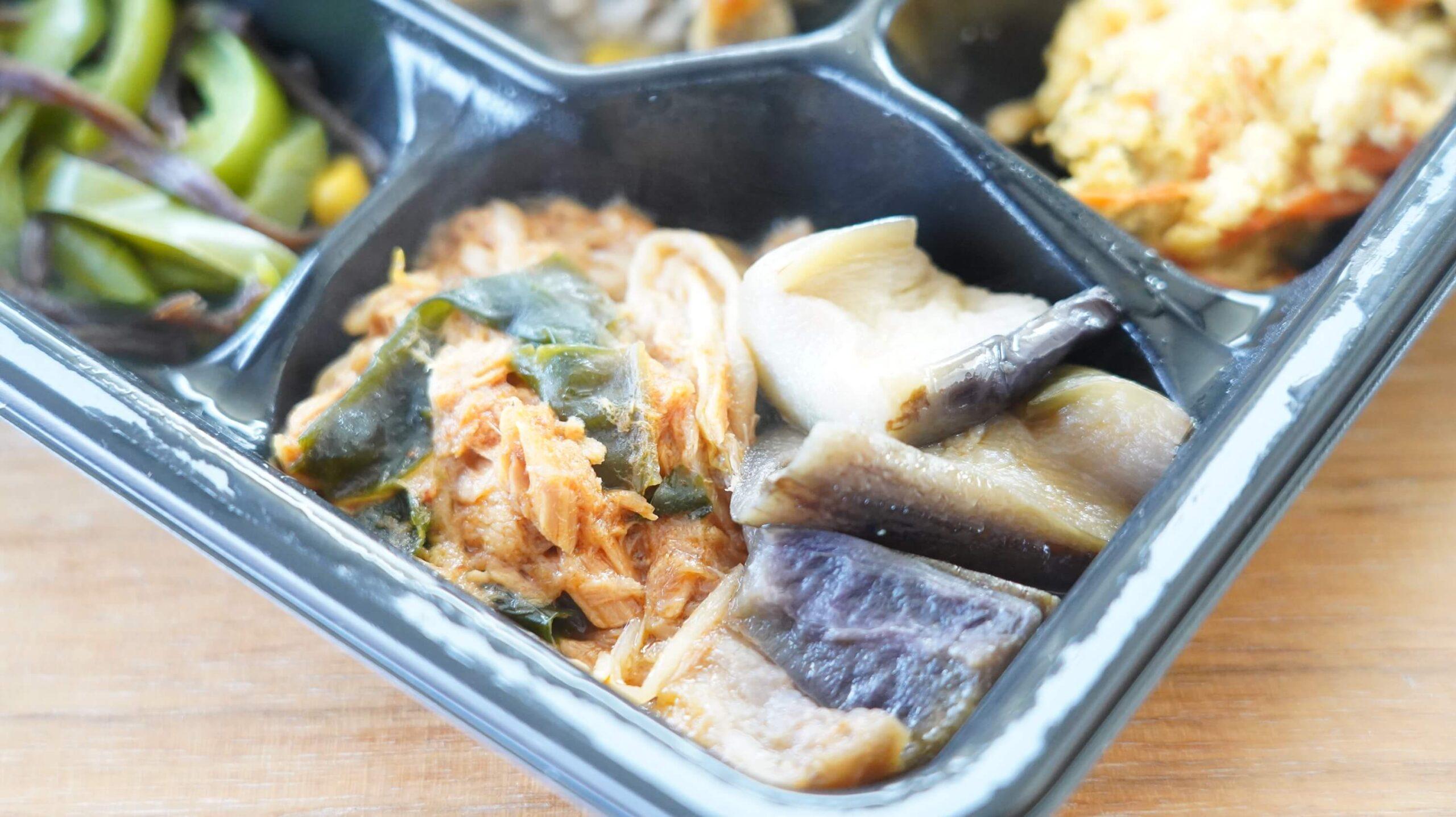ライザップのサポートミール「鶏肉のエスニック焼き」の「揚げなす&わかめとツナのコチュジャン和え」の写真