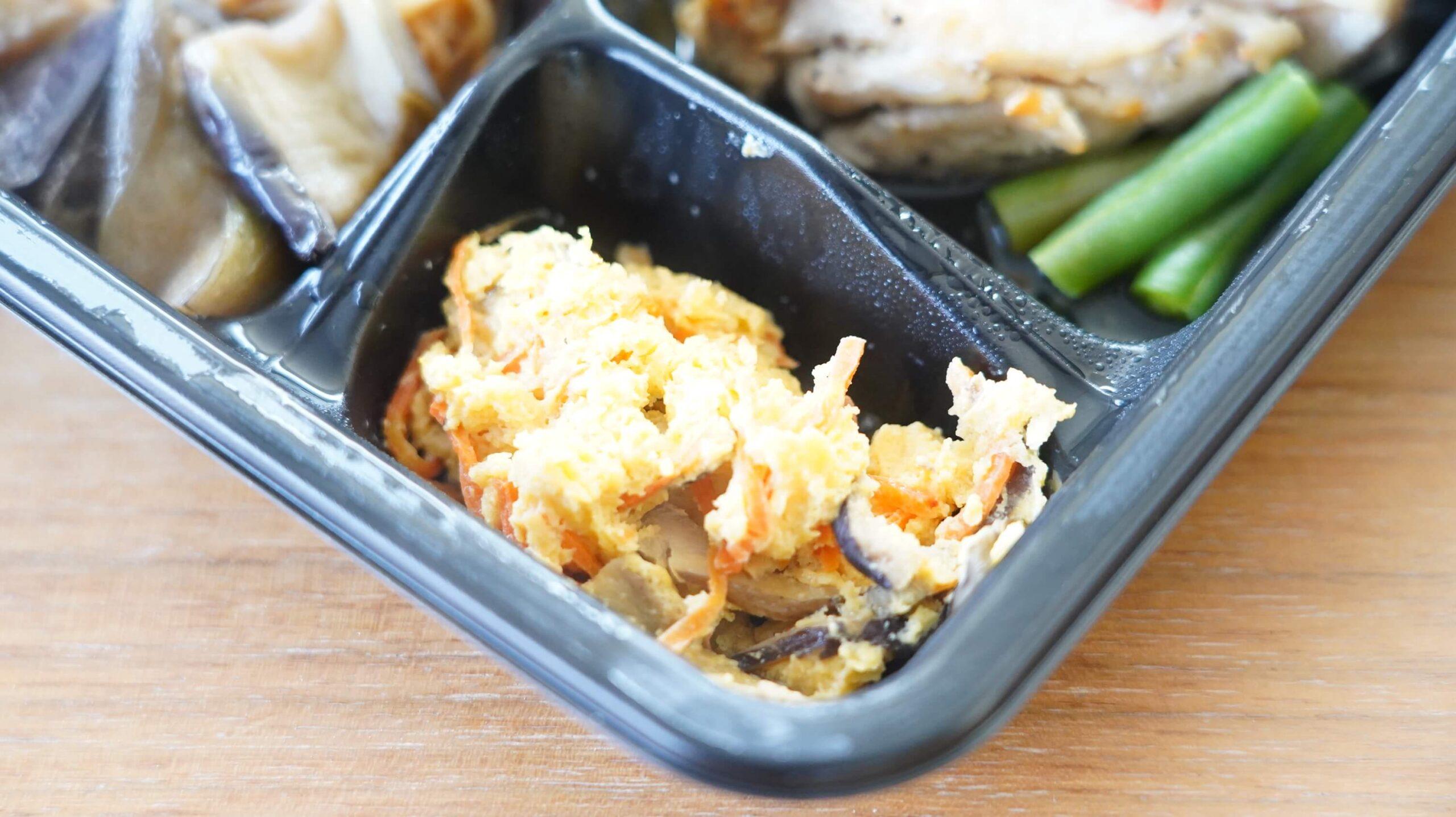 ライザップのサポートミール「鶏肉のエスニック焼き」の「椎茸と人参の卵炒め」の写真