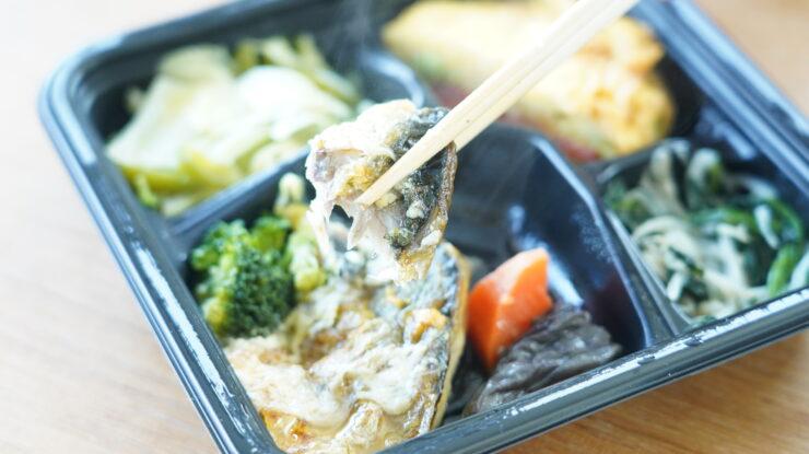 ライザップ(RIZAP)で食事制限してダイエットする際に使う宅食用ボディメイク冷凍弁当「サポートミール」(健康食品)の「さばのカレームニエル」を箸でつまんでいる写真
