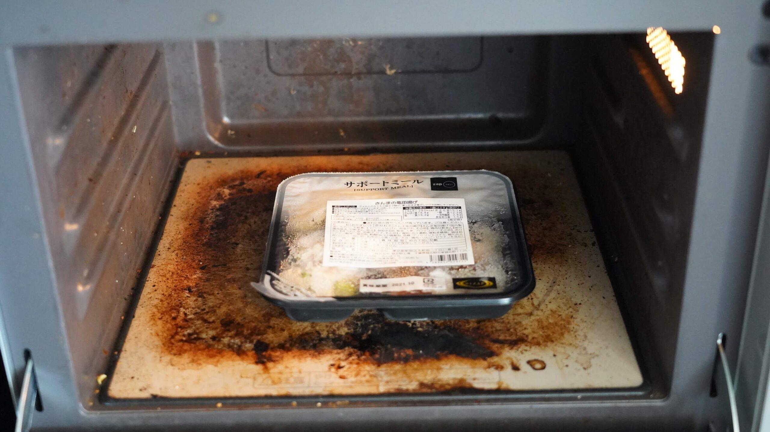 ライザップのサポートミール「さんまの竜田揚げ」を電子レンジで加熱している写真