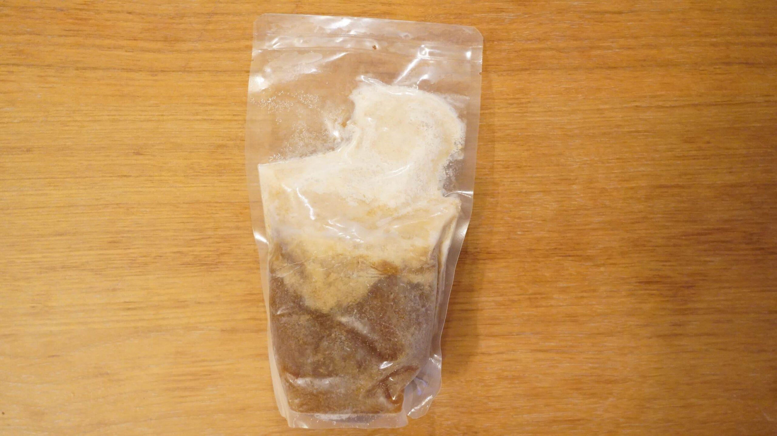 通販でお取り寄せした「バリ男」のラーメンのスープの冷凍状態の写真