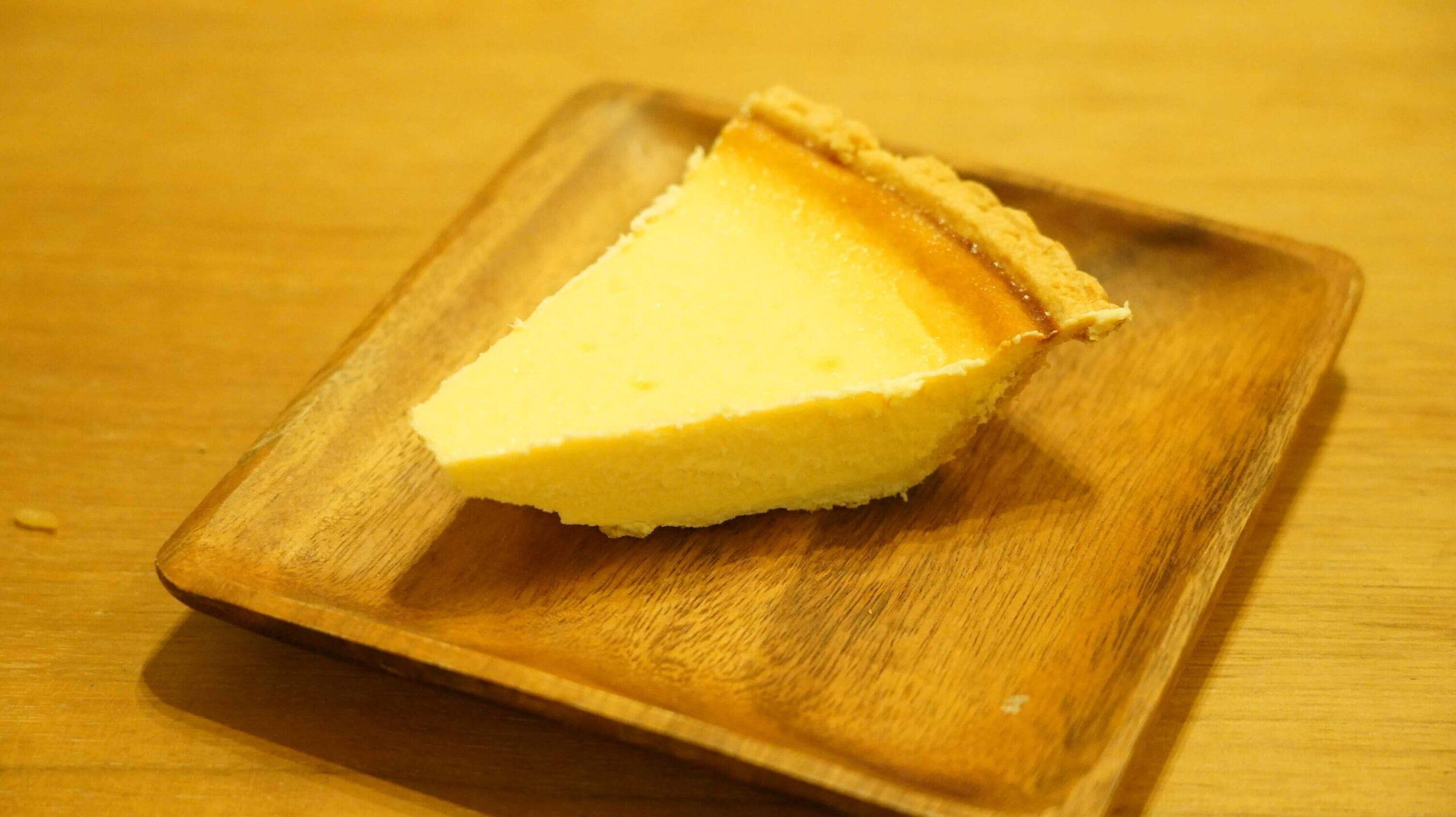 コストコのチーズケーキ「トリプルチーズタルト」を皿に盛りつけた写真
