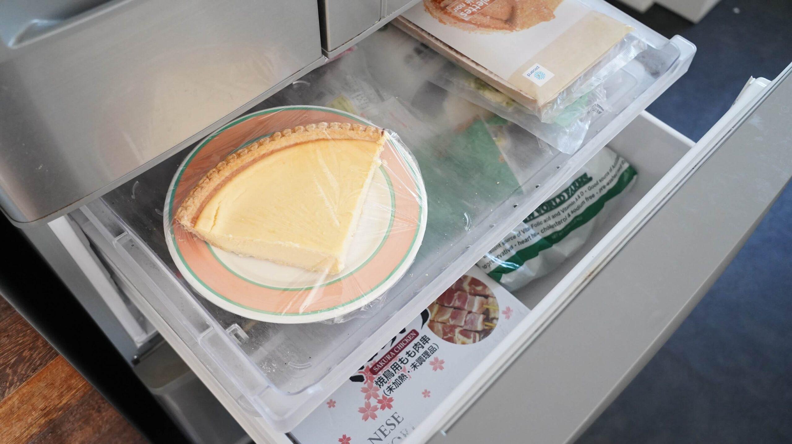 コストコのチーズケーキ「トリプルチーズタルト」を冷凍庫に入れている写真