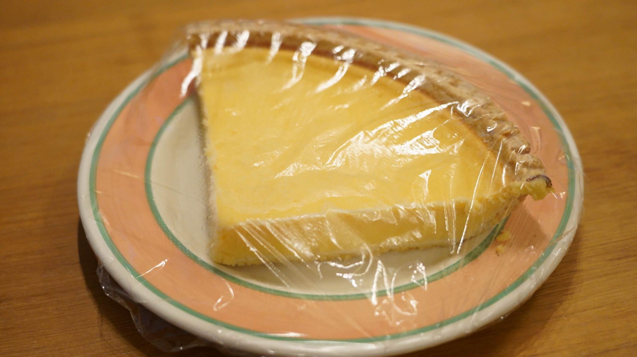 コストコのチーズケーキ「トリプルチーズタルト」にラップをかけた写真