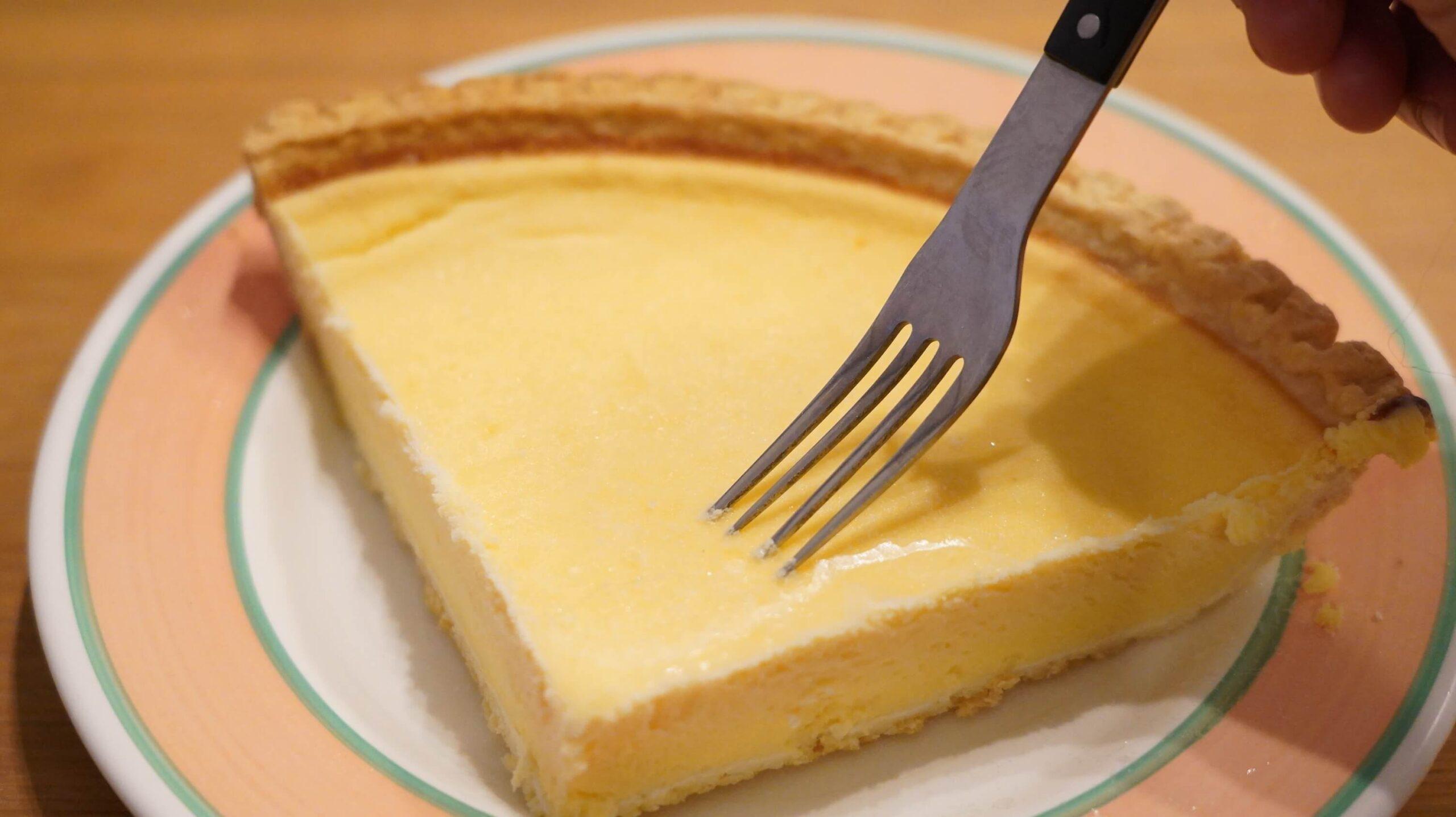コストコのチーズケーキ「トリプルチーズタルト」がカチカチに硬くてフォークが刺せない様子の写真