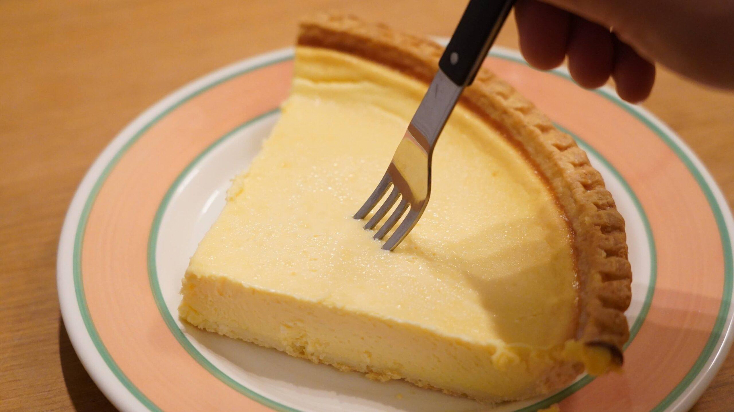 コストコのチーズケーキ「トリプルチーズタルト」を解凍してフォークが刺せるようになった様子の写真