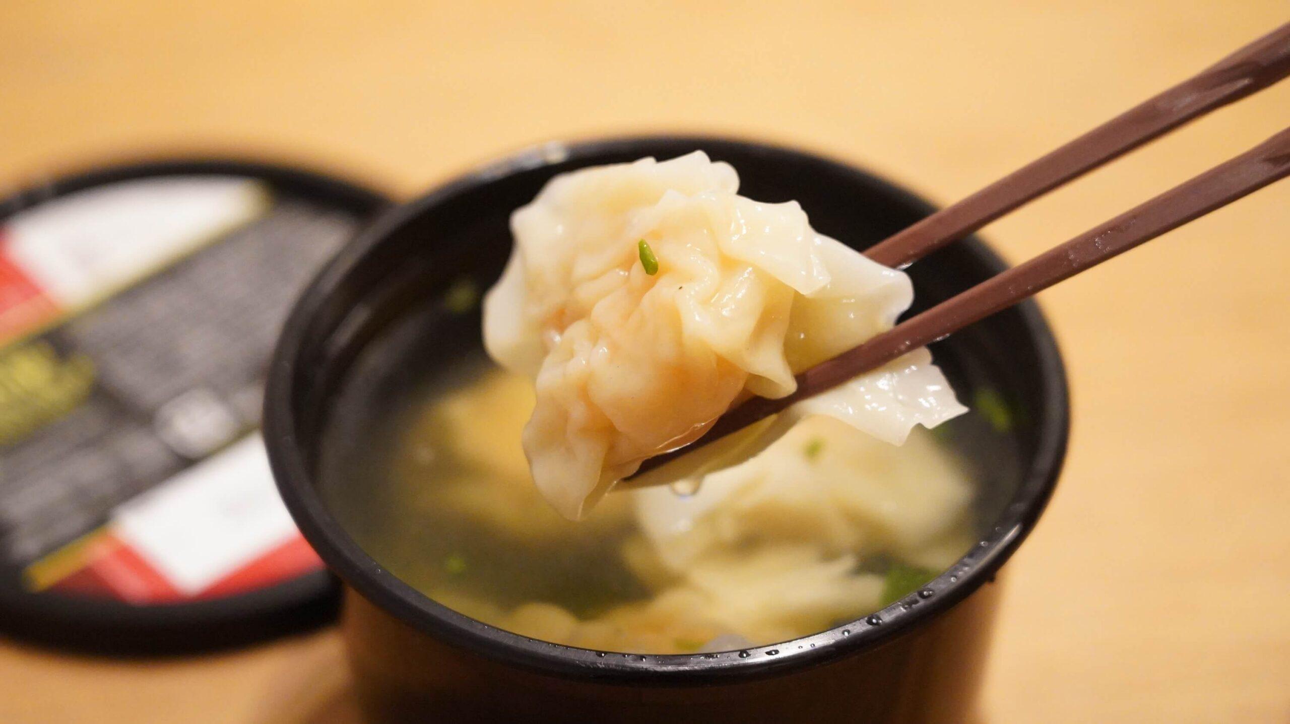 コストコの冷凍食品「海老ワンタンスープ」のワンタンを箸でつまんでいる写真