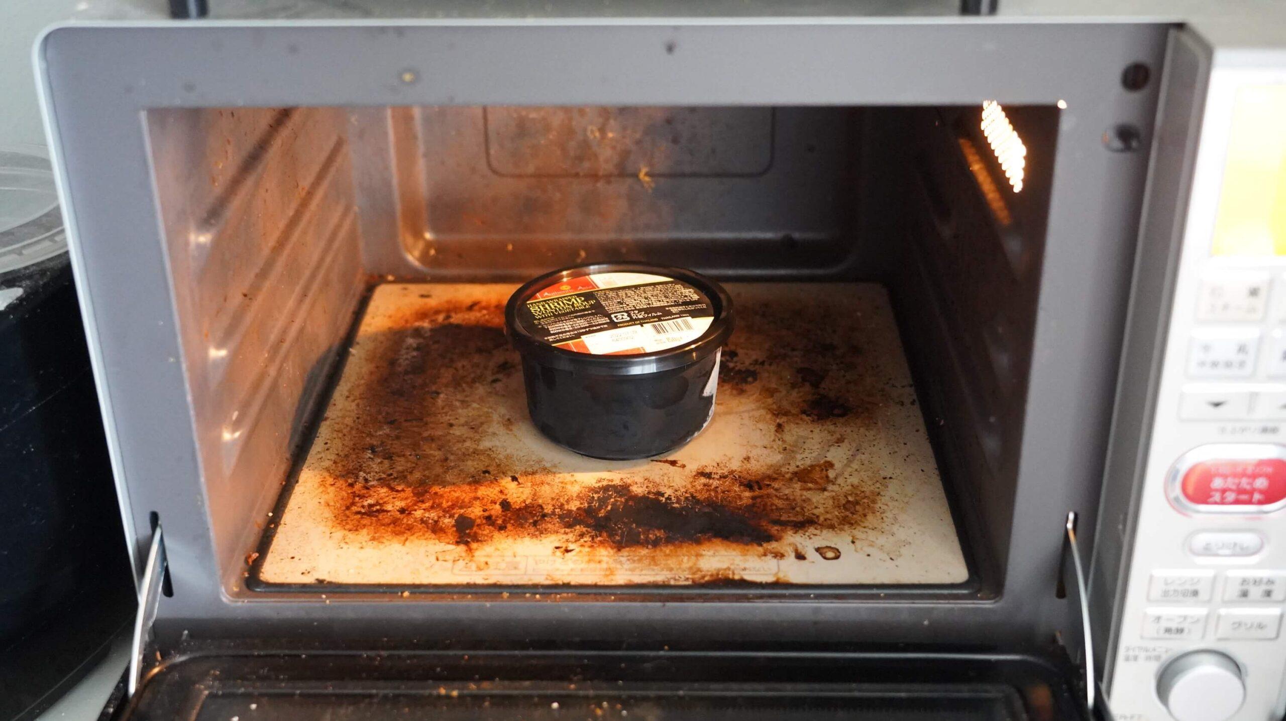 コストコの冷凍食品「海老ワンタンスープ」を電子レンジで加熱している写真