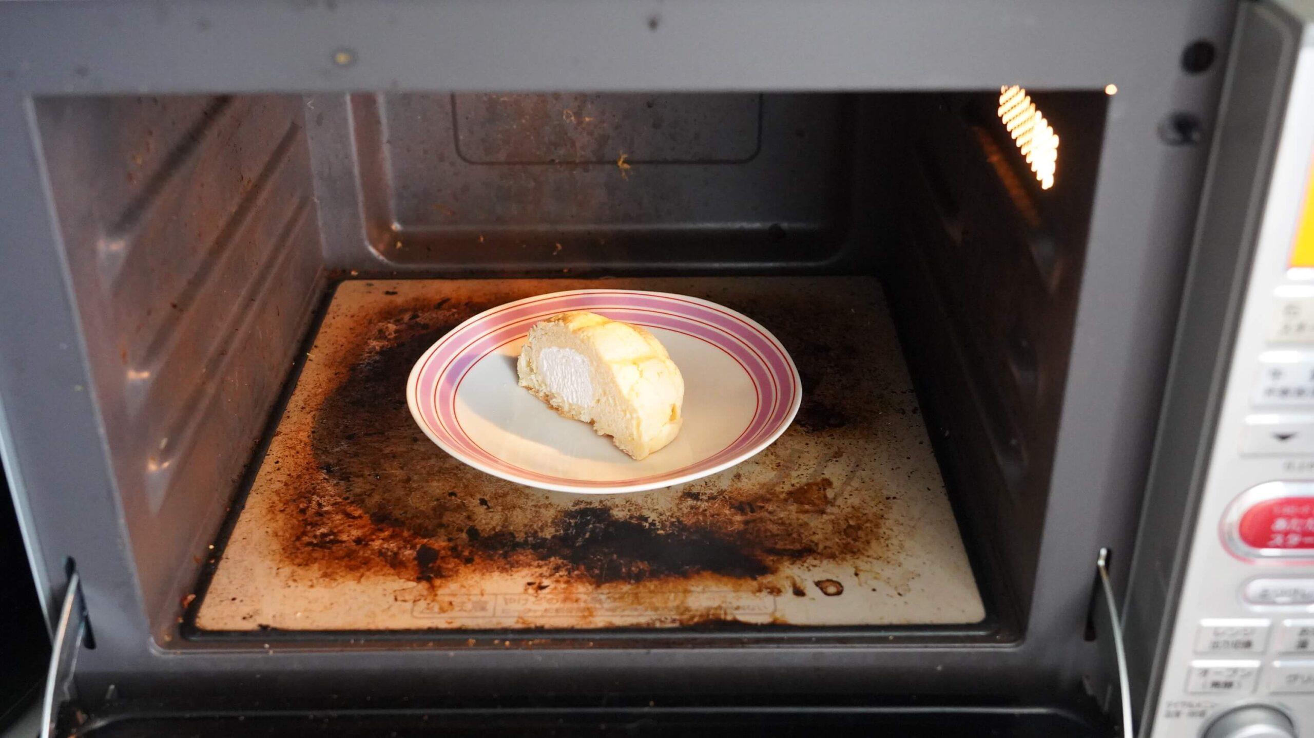 セブンイレブンの冷凍食品「冷たく食べるメロンパン」を電子レンジで加熱している写真
