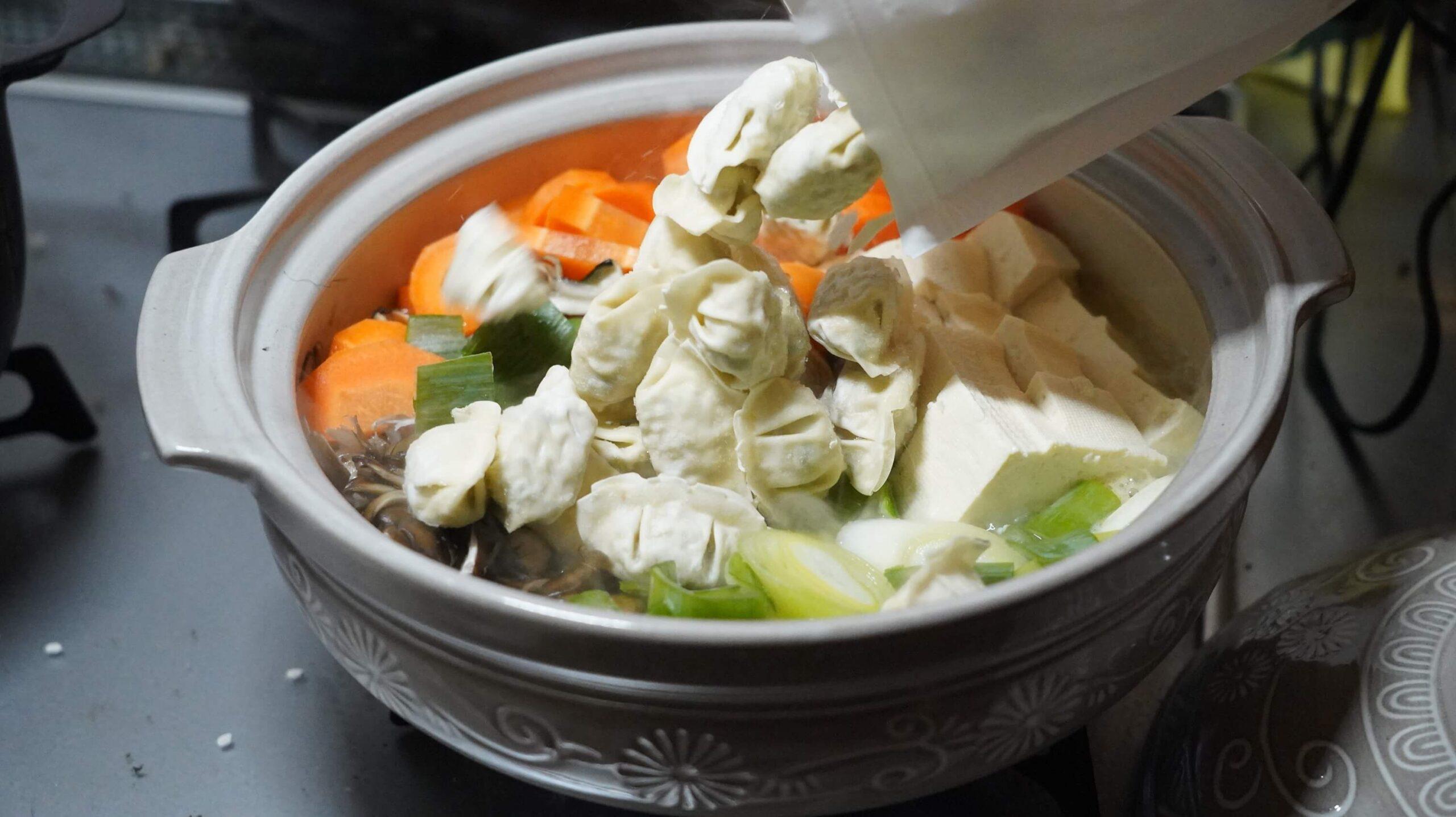 コストコの冷凍食品「bibigo 水餃子」を鍋に入れている写真