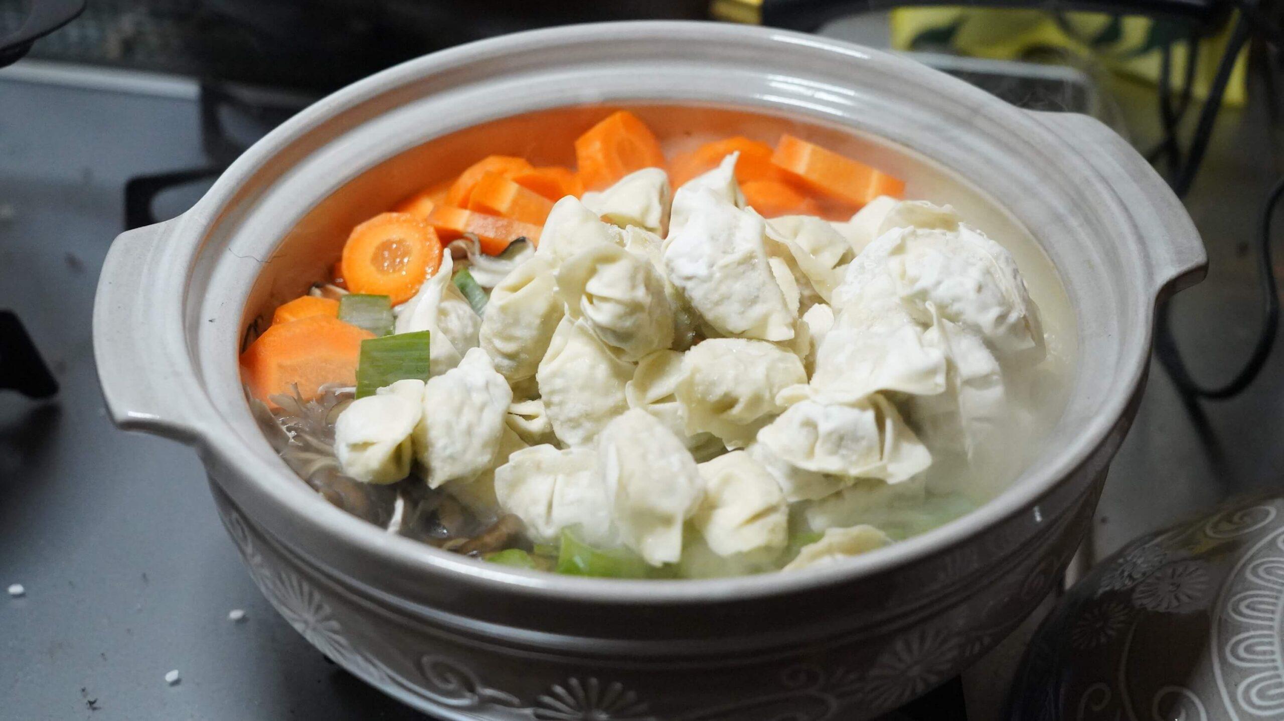 コストコの冷凍食品「ビビゴ 水餃子」を鍋に入れて茹でている写真