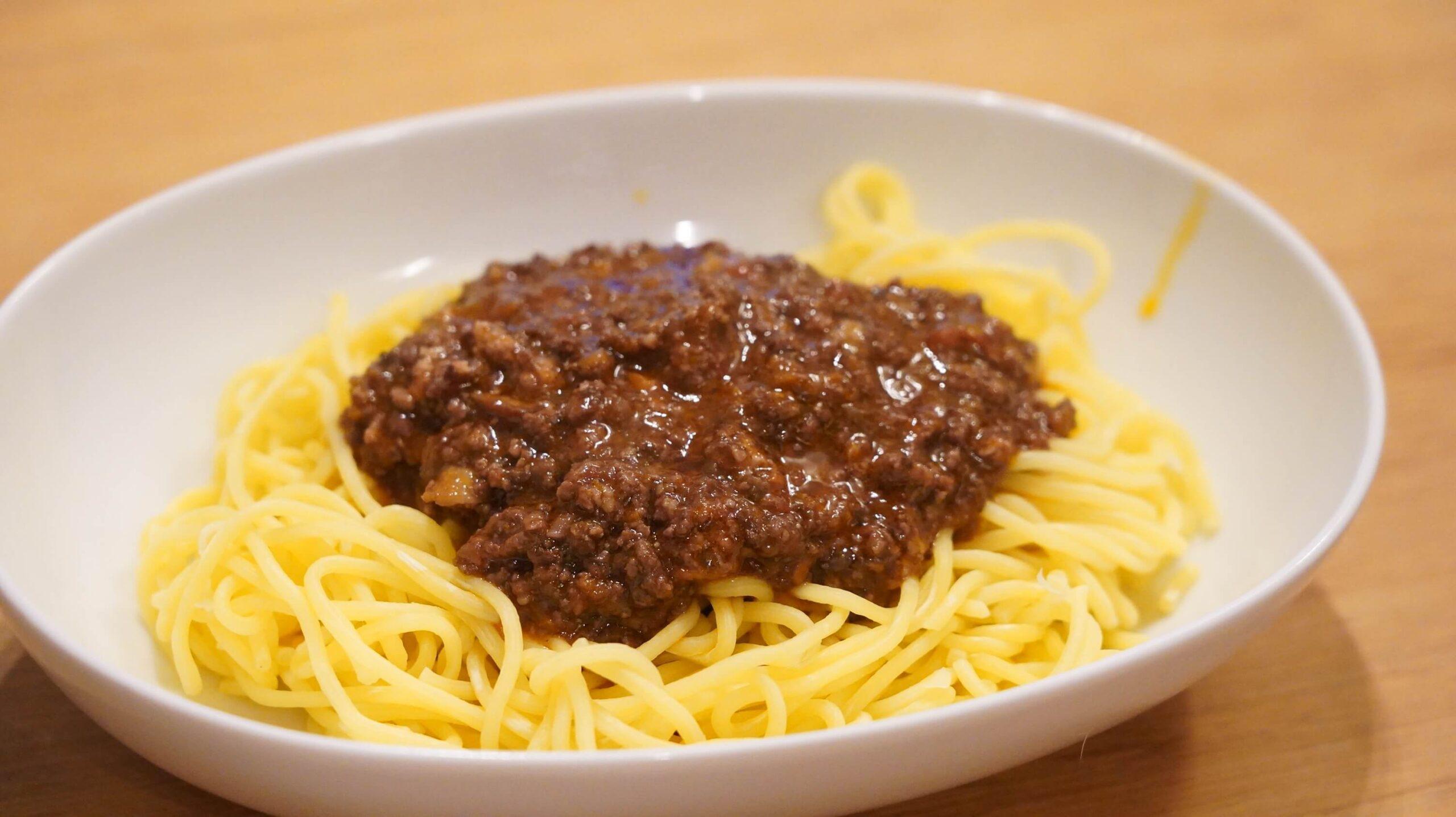 俺のイタリアンの冷凍食品「トリュフ薫るボロネーゼ」を皿に盛りつけた写真