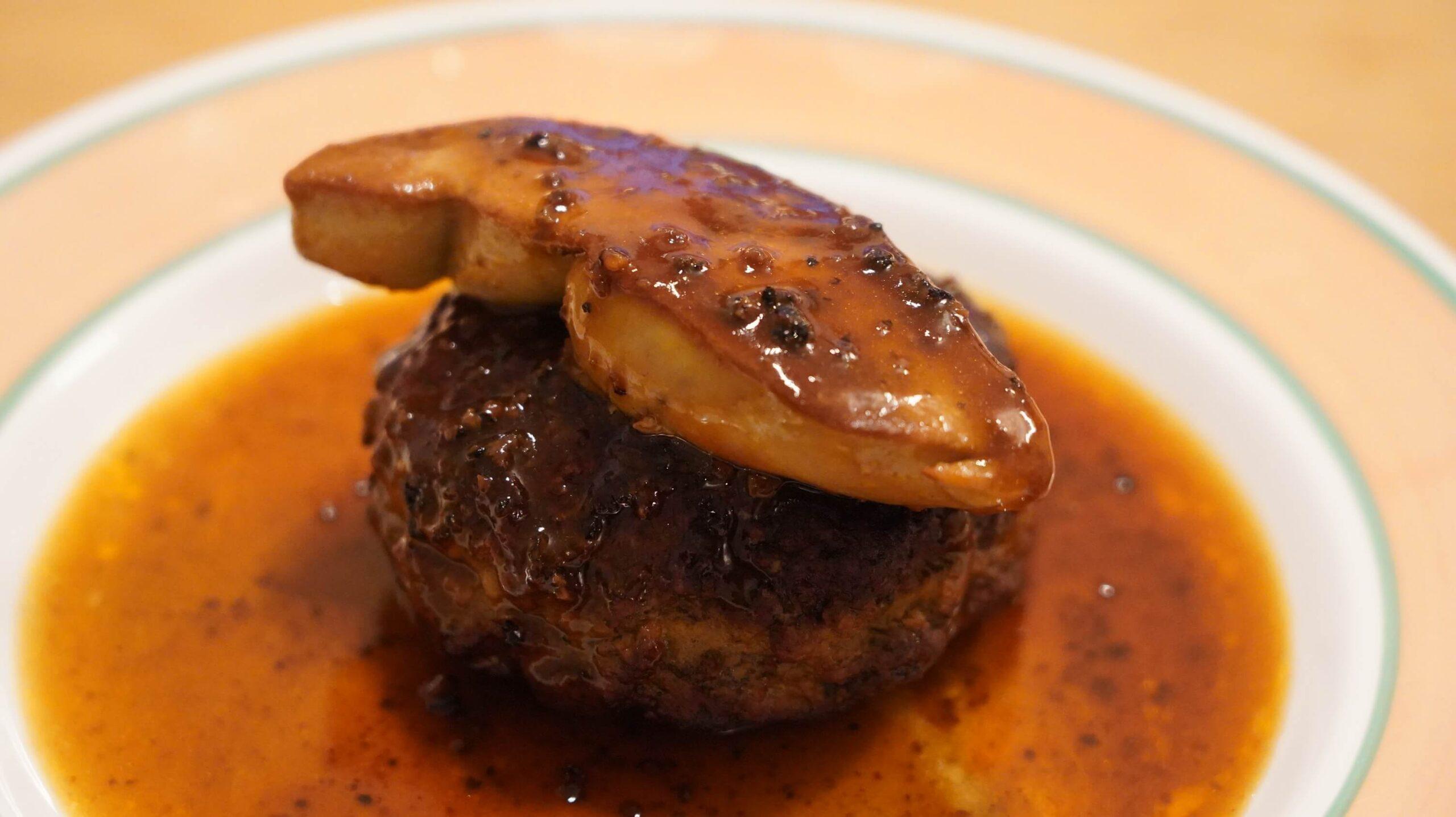 大阪ABCテレビ「CAST(キャスト)」に冷凍食品ドットコム「ノビ」が出演して紹介した冷食、俺のフレンチの冷凍食品「ロッシーニ風ハンバーグ」のハンバーグとフォアグラを皿に盛りつけた写真