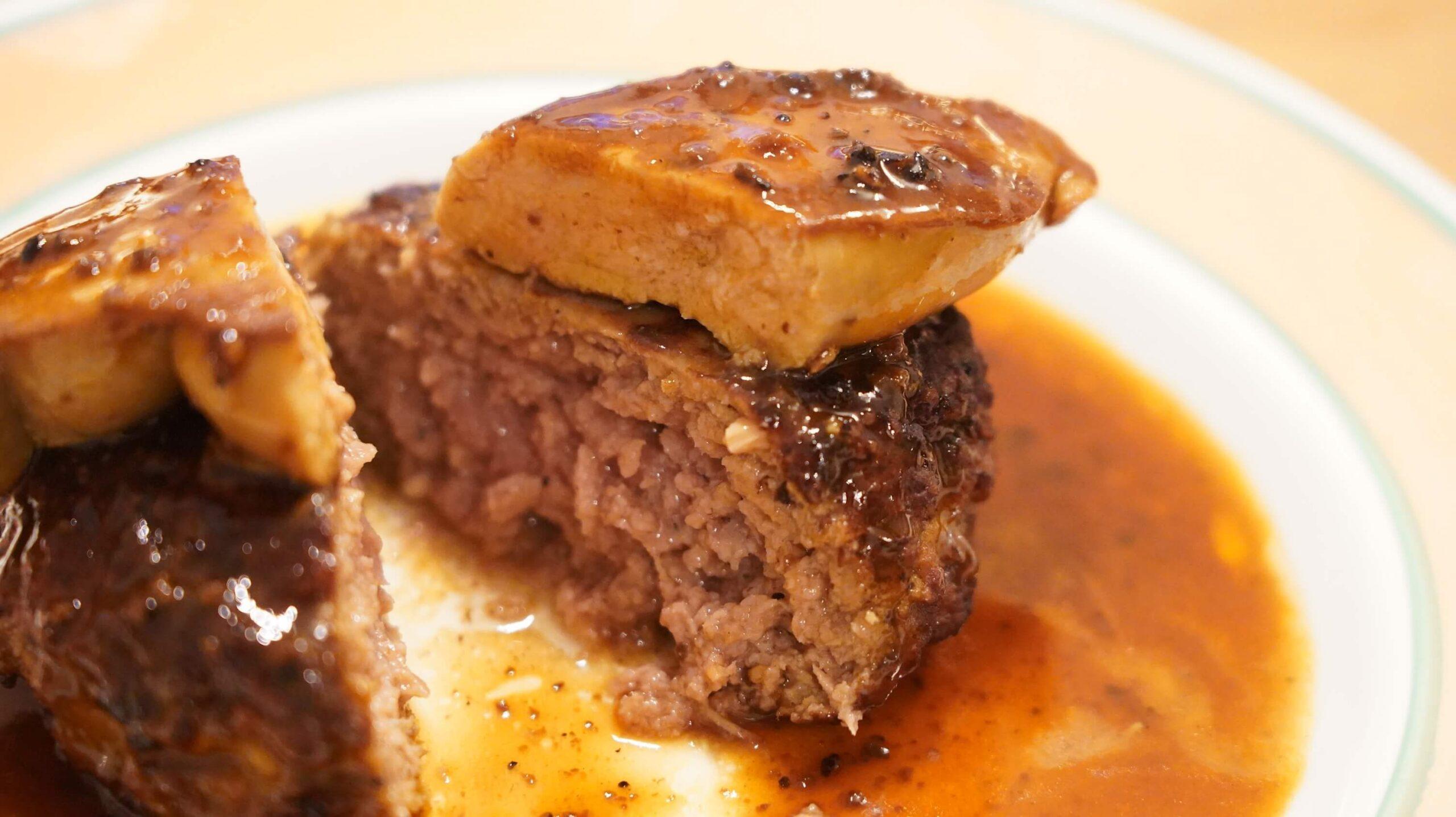 俺のフレンチの冷凍食品「ロッシーニ風ハンバーグ」のハンバーグとフォアグラの断面の写真