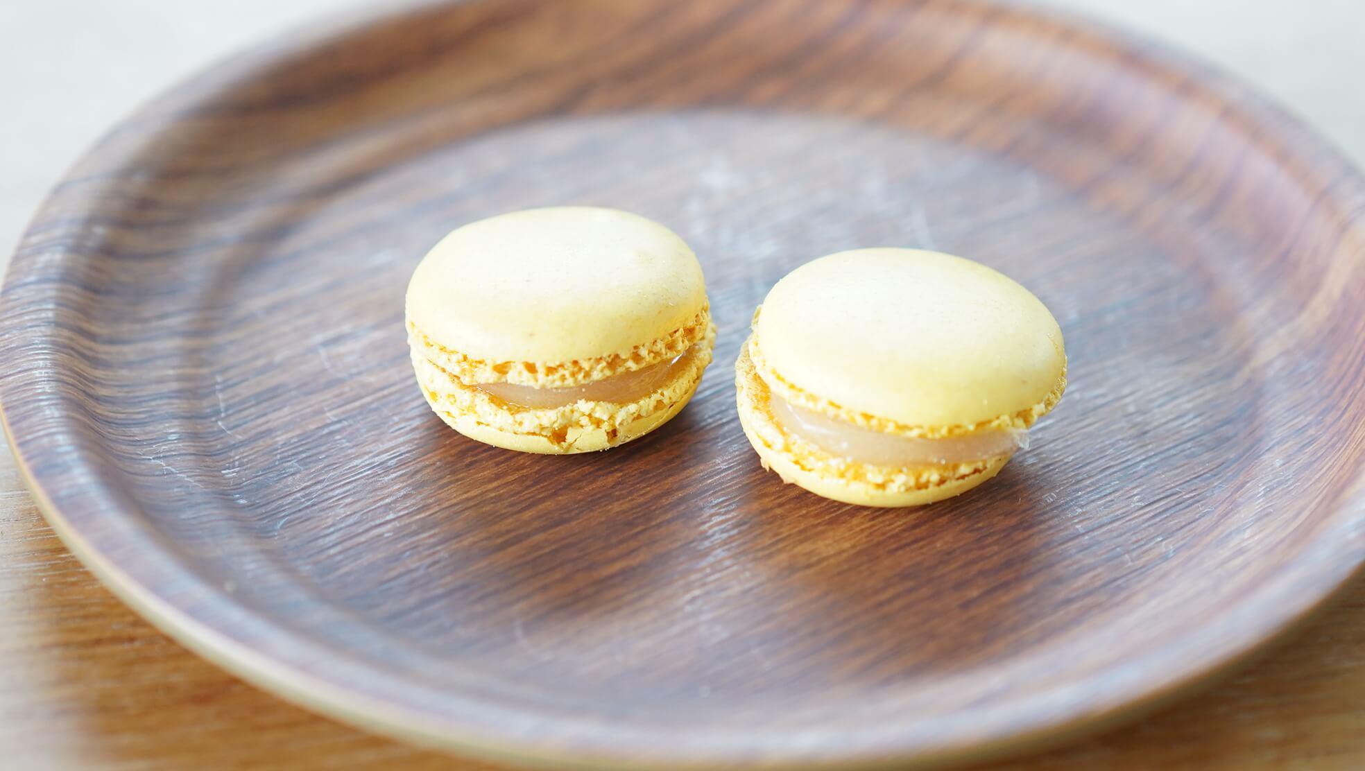 コストコの冷凍食品「マカロン」のレモン味を皿に盛りつけた写真
