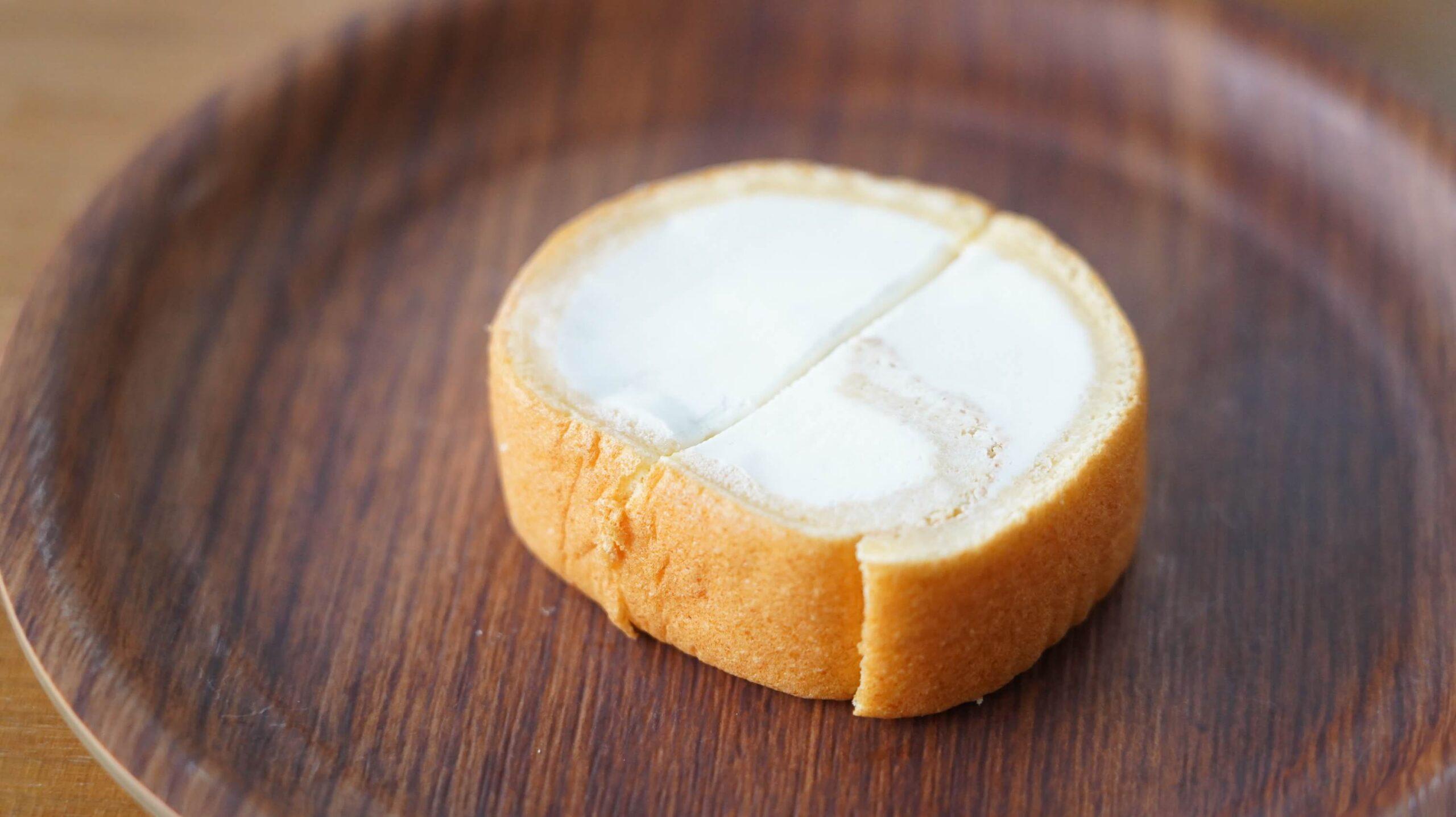 nosh(ナッシュ)の冷凍食品「ロールケーキ」を皿に盛りつけた写真