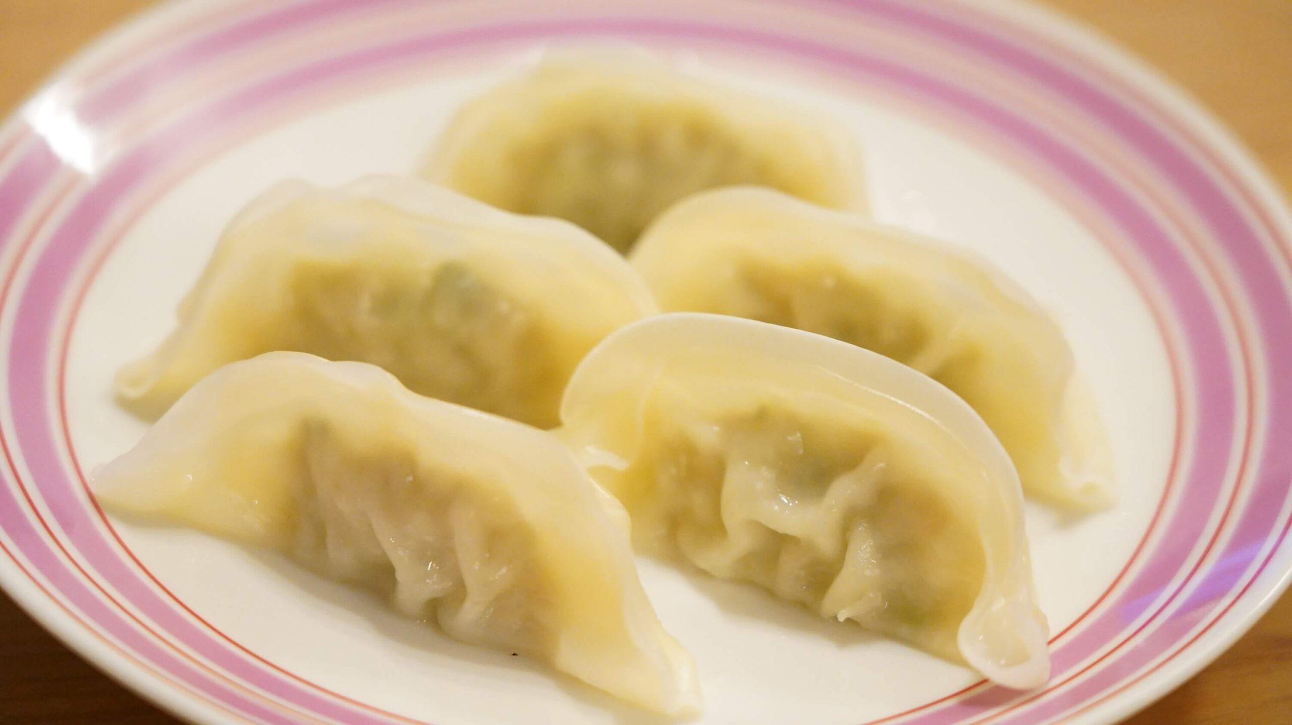 生協宅配限定の冷凍餃子「香港ギョーザ」を皿に盛りつけた写真