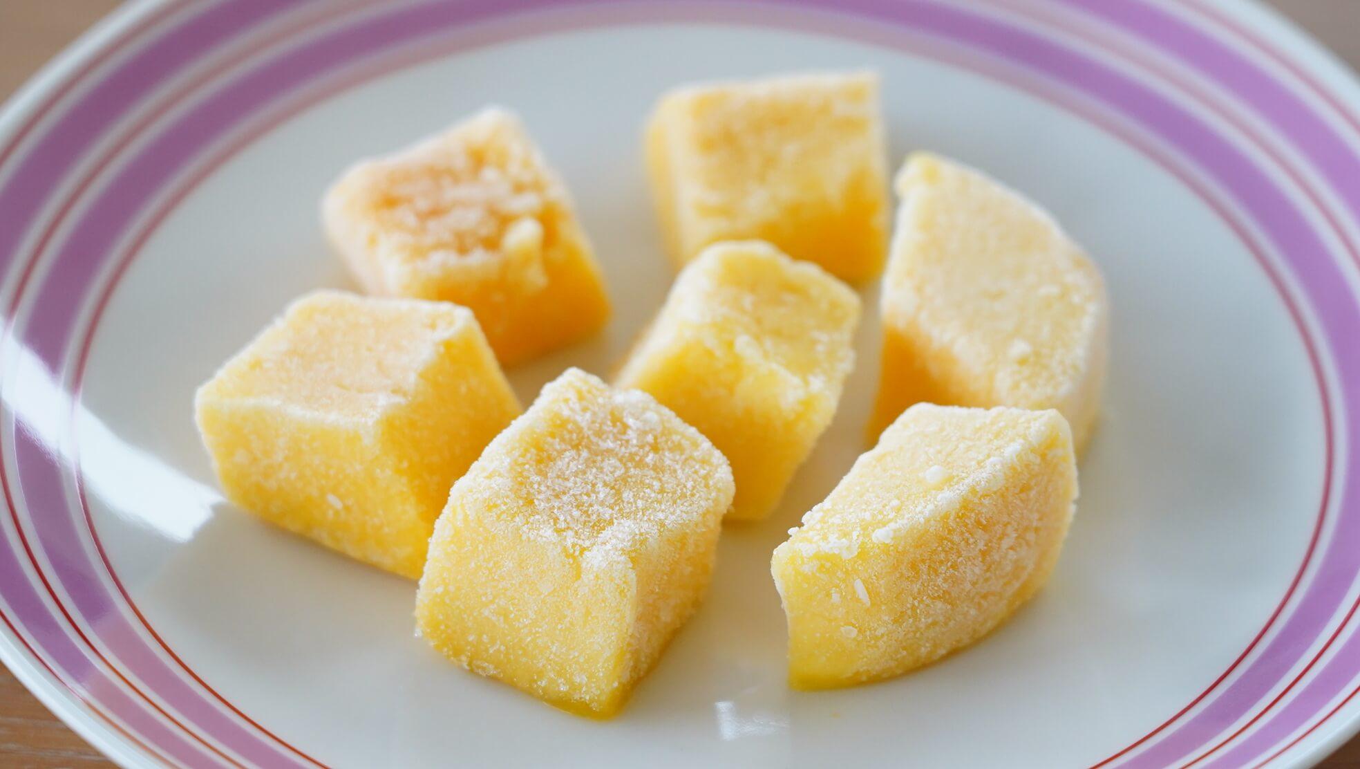 解凍前のコストコの冷凍マンゴー「トロピカルマリア・マンゴーチャンク」を皿に盛りつけた写真