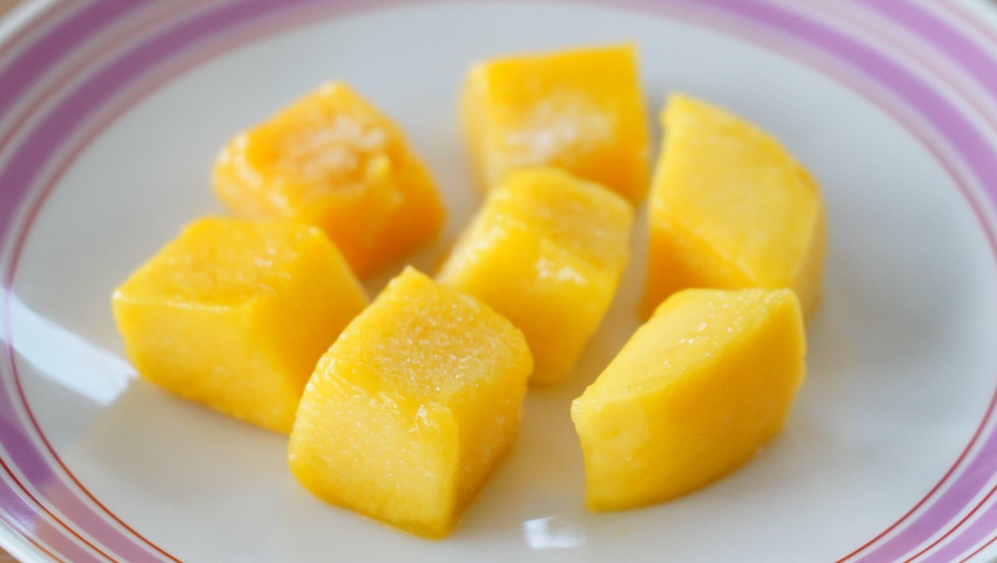 解凍したコストコの冷凍マンゴー「トロピカルマリア・マンゴーチャンク」を皿に盛りつけた写真