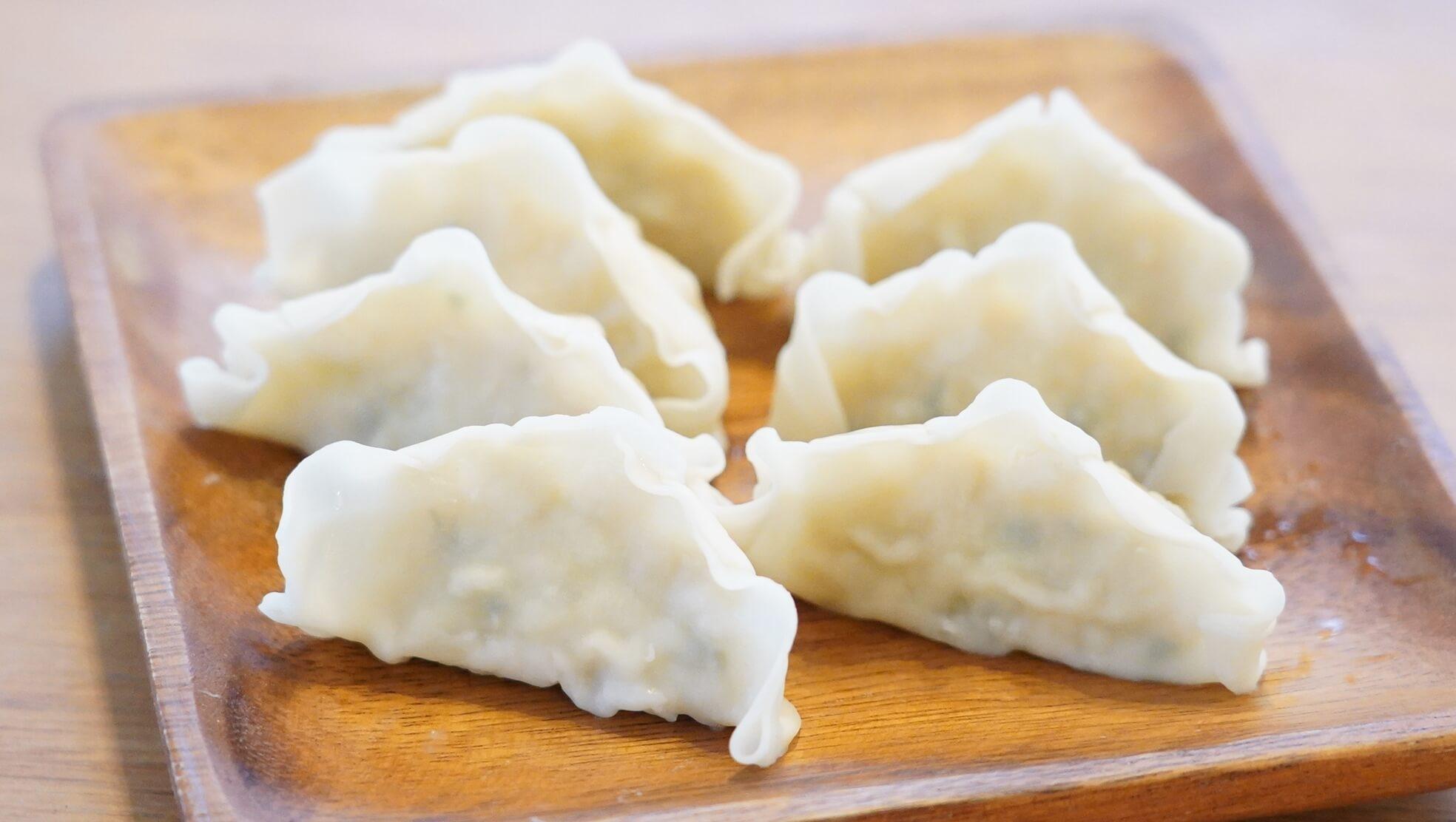 冷凍食品「マッスル餃子」を皿に盛りつけた写真